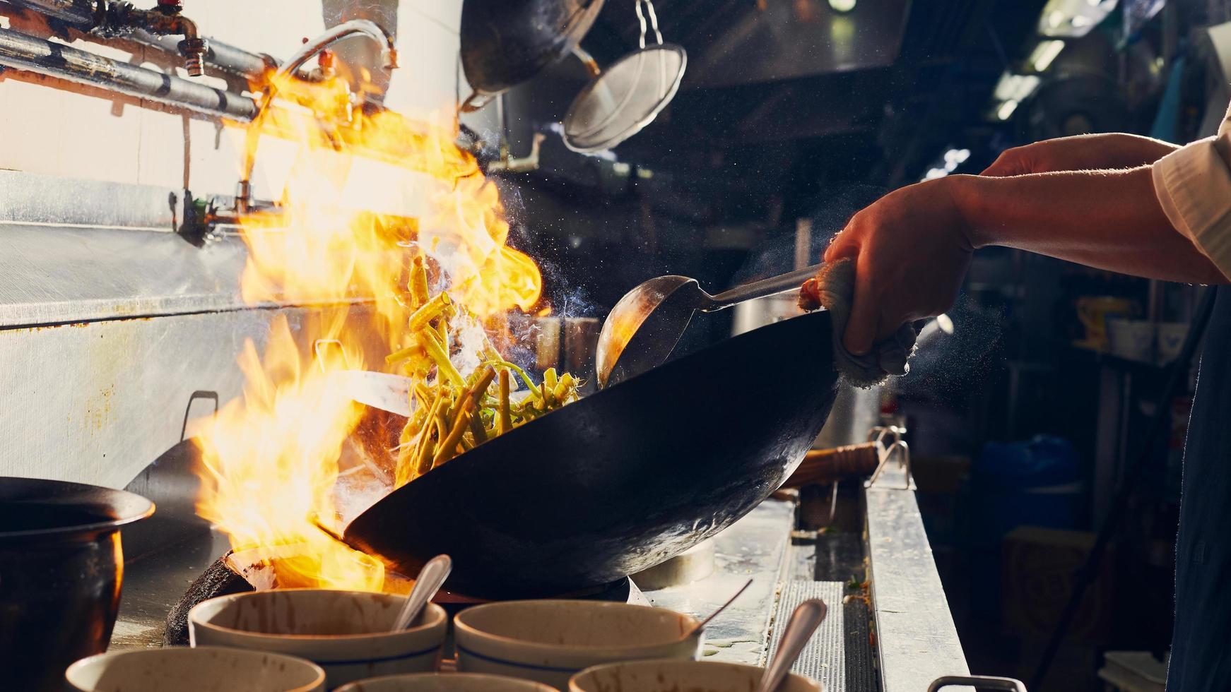 bruciare il cibo in un wok foto