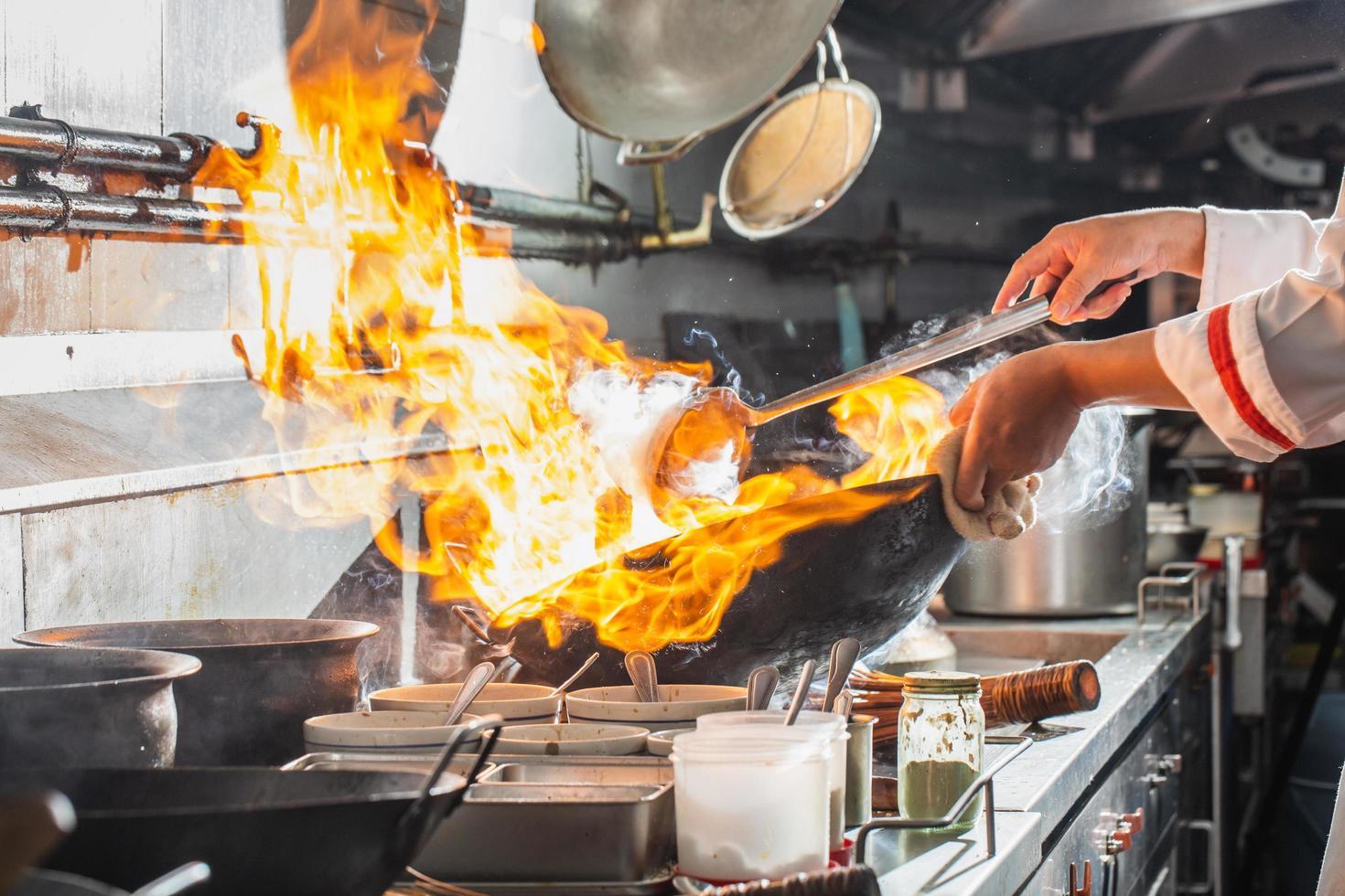 chef di cucina su una stufa foto