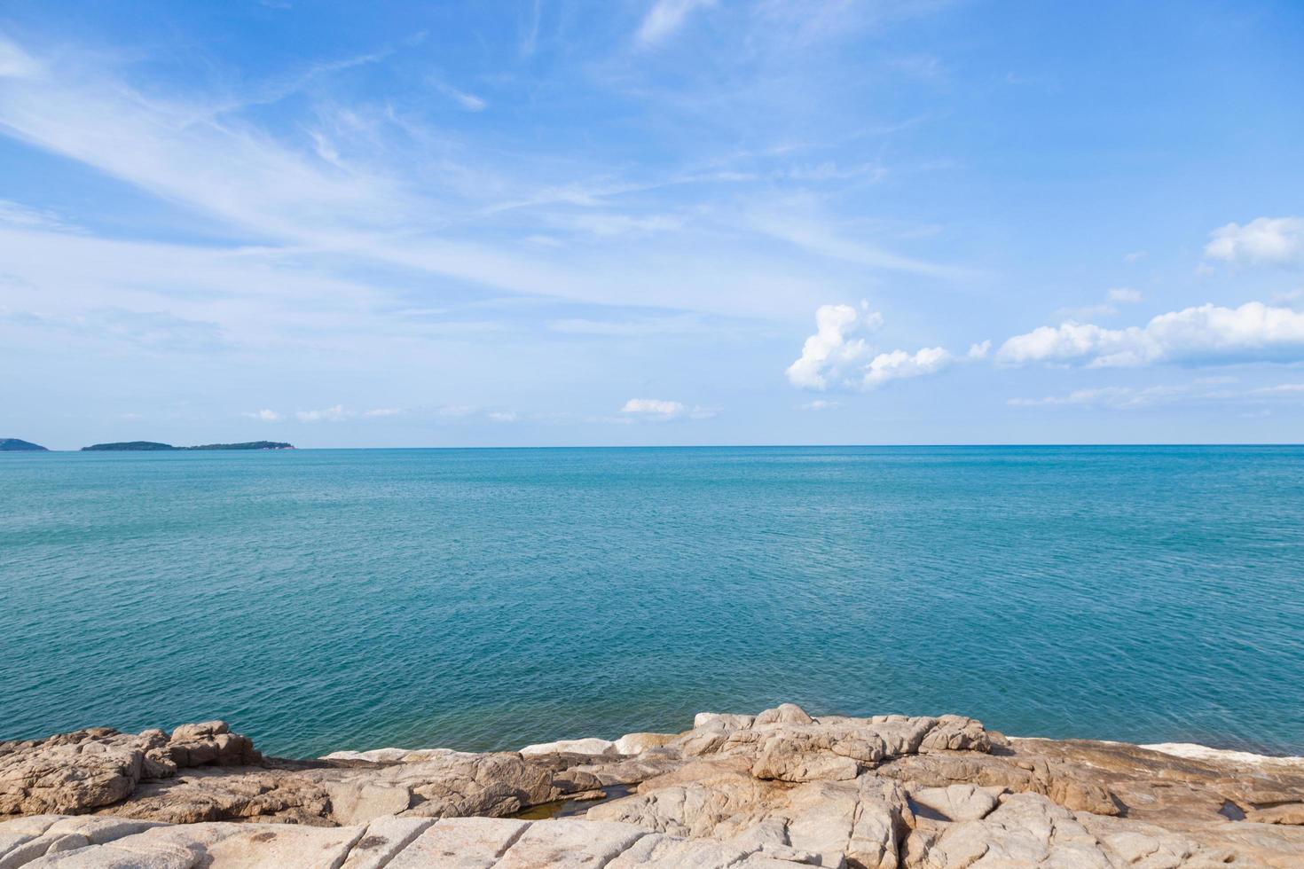 spiaggia rocciosa e mare in Thailandia foto