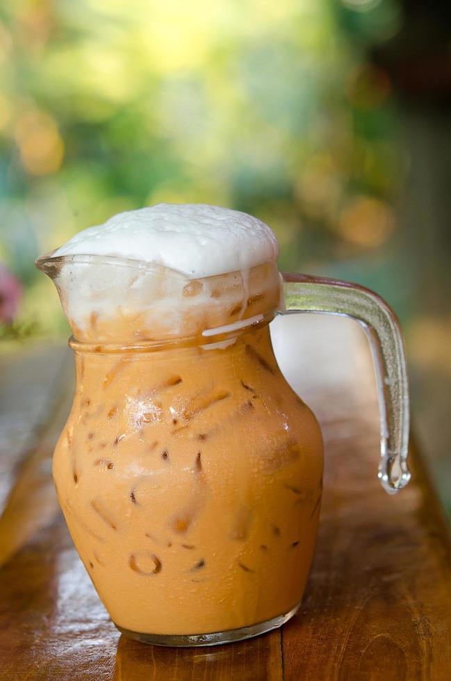 tè al latte freddo con schiuma foto