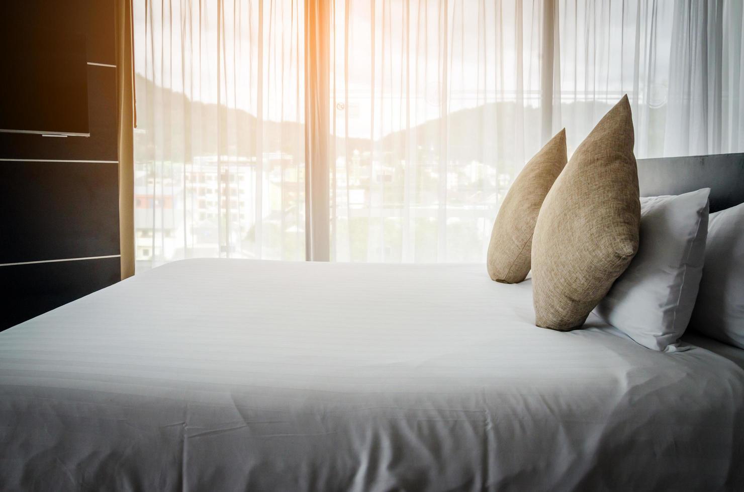 cuscini su un letto d'albergo foto