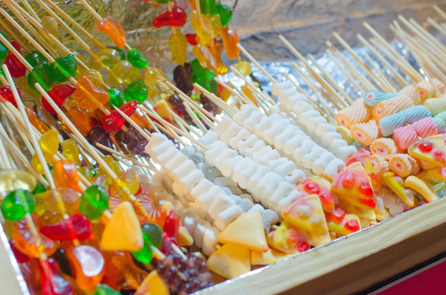 caramelle marshmallow colorate su bastoni foto