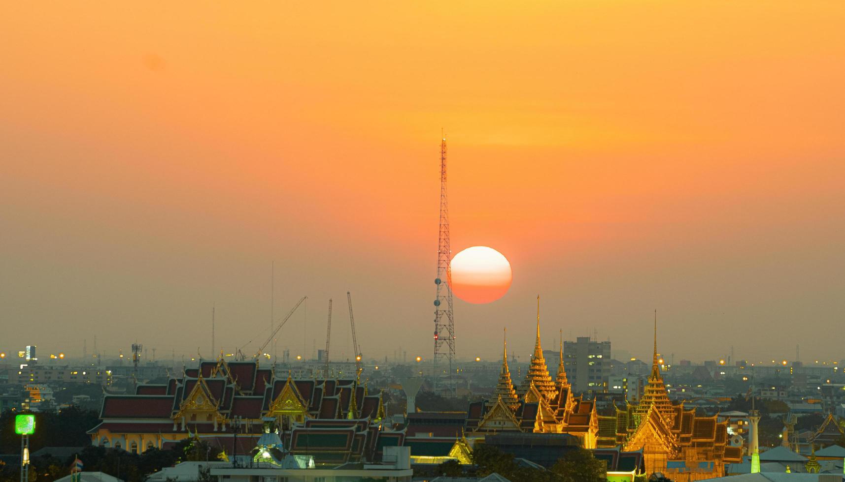 città di Bangkok al tramonto foto