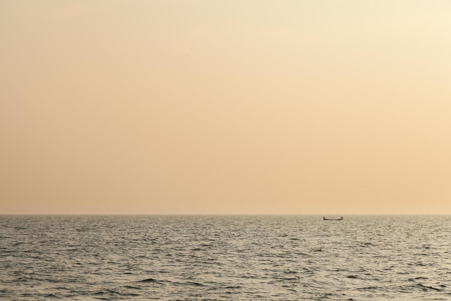 piccola barca da pesca all'alba foto