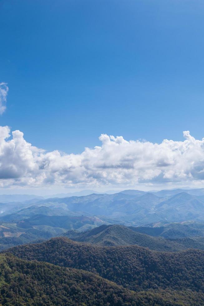 montagne, foreste e cielo foto