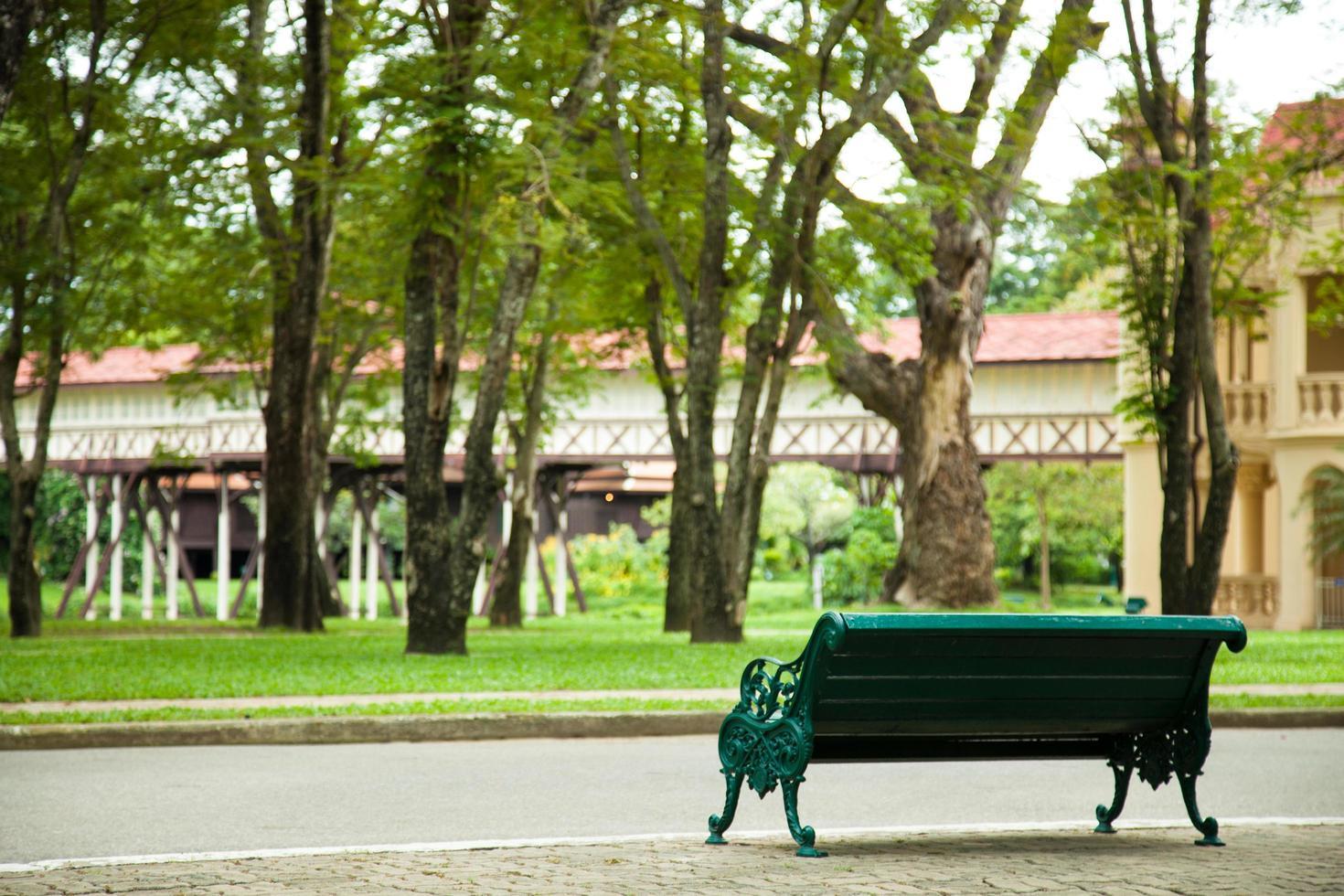 panchina nel parco foto