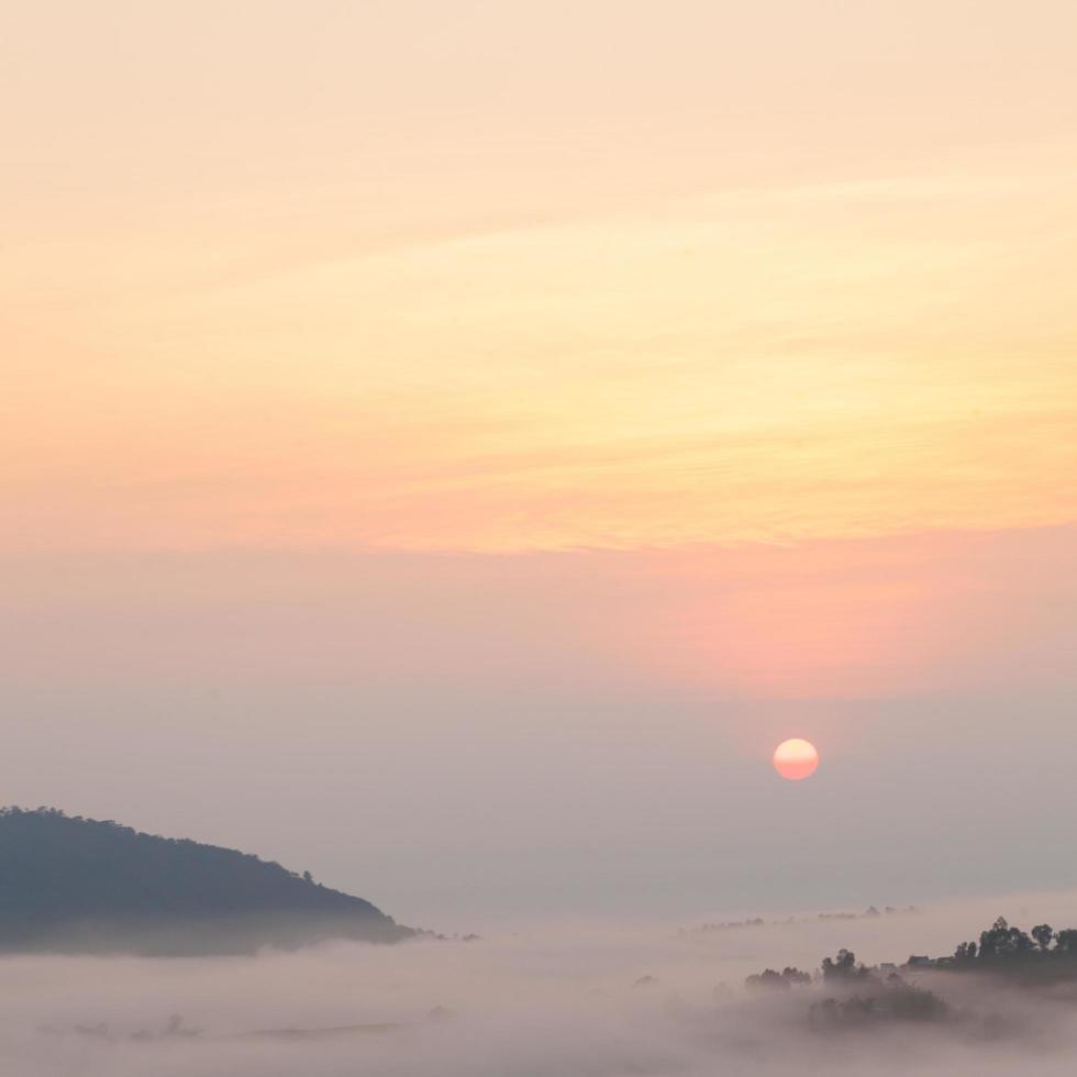 alba e montagne coperte di nebbia foto