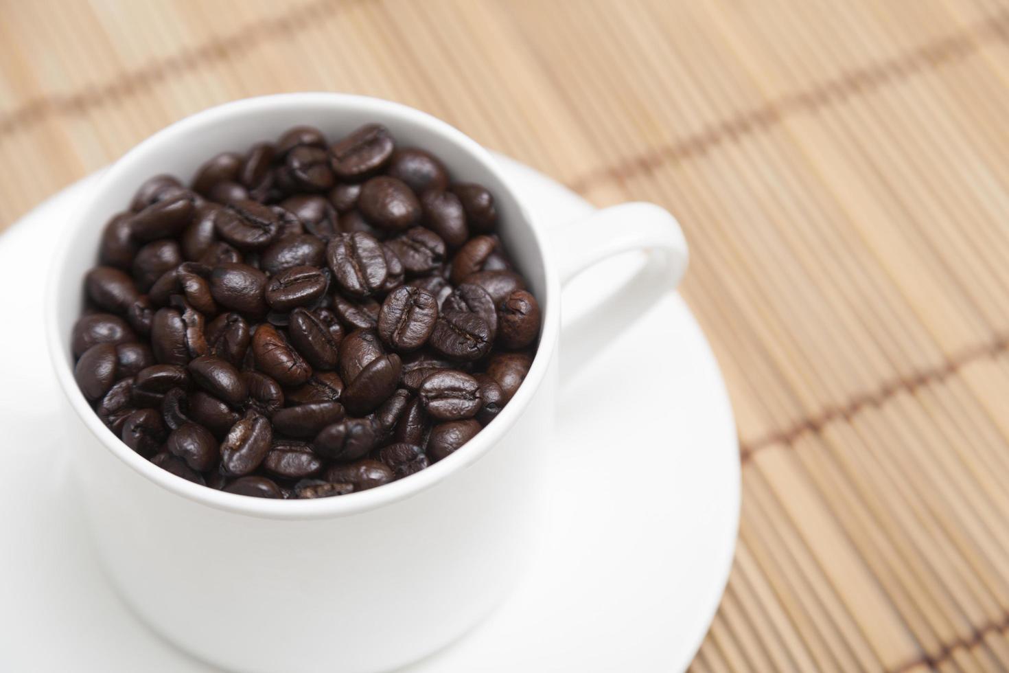 chicchi di caffè tostati in una tazza foto