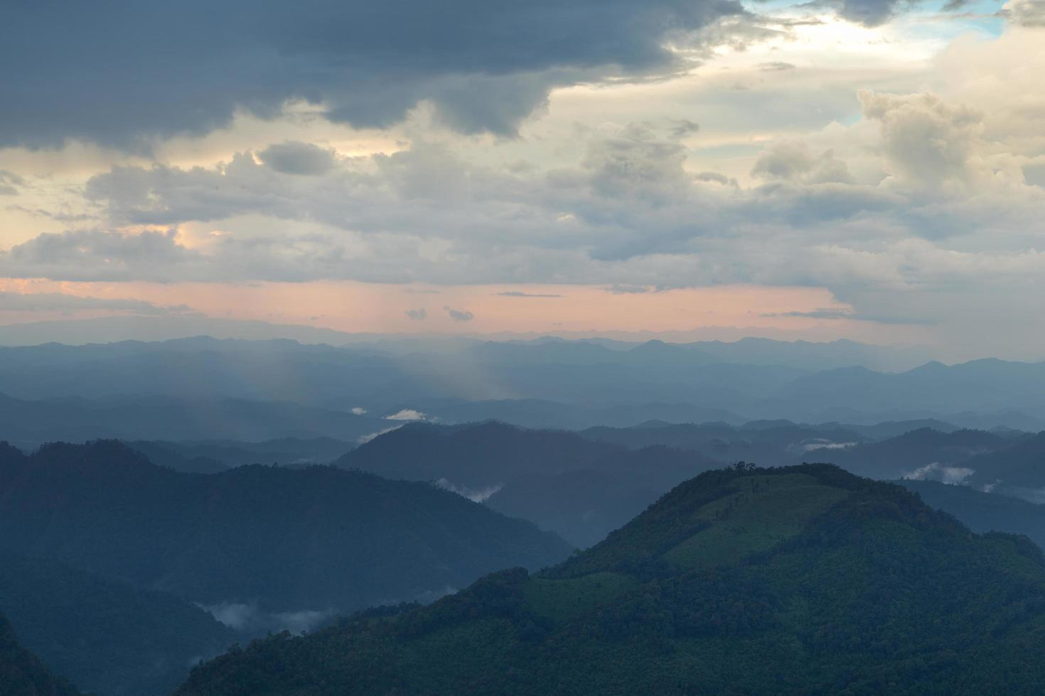 montagne al tramonto foto