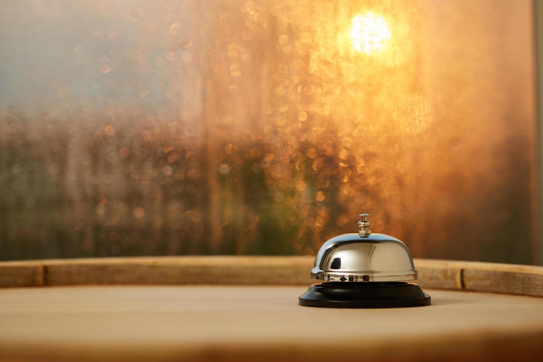 campanello di servizio vicino a una finestra foto
