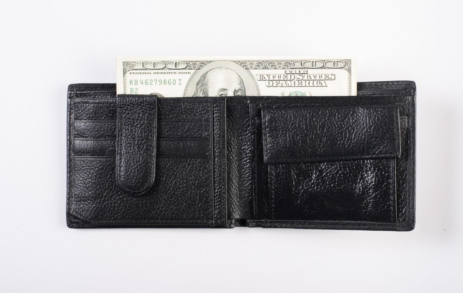 soldi in un portafoglio isolato su sfondo bianco foto