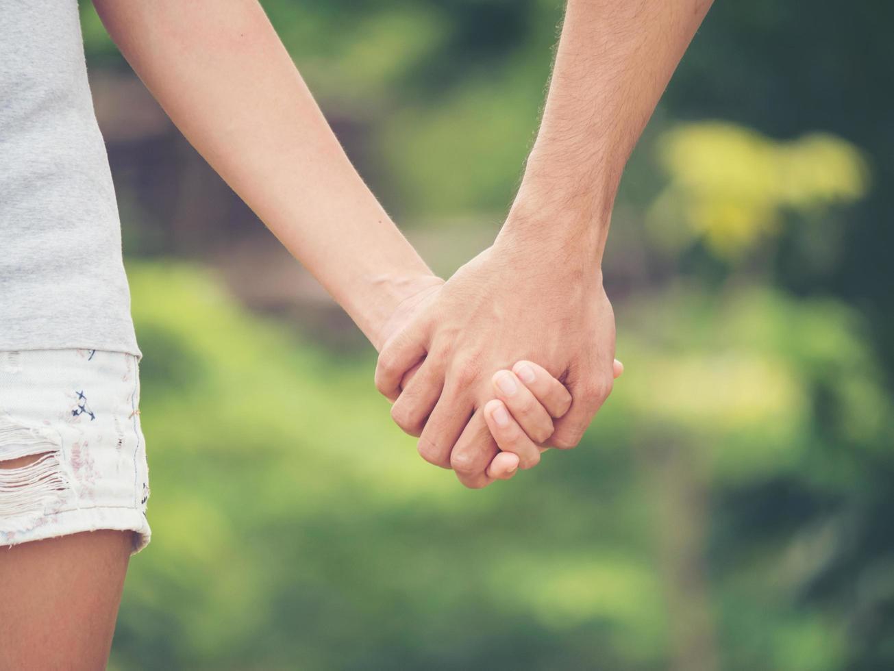 immagine di una coppia mano nella mano insieme foto