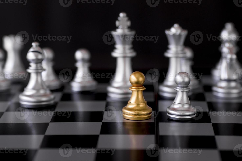 pezzi degli scacchi in oro e argento foto