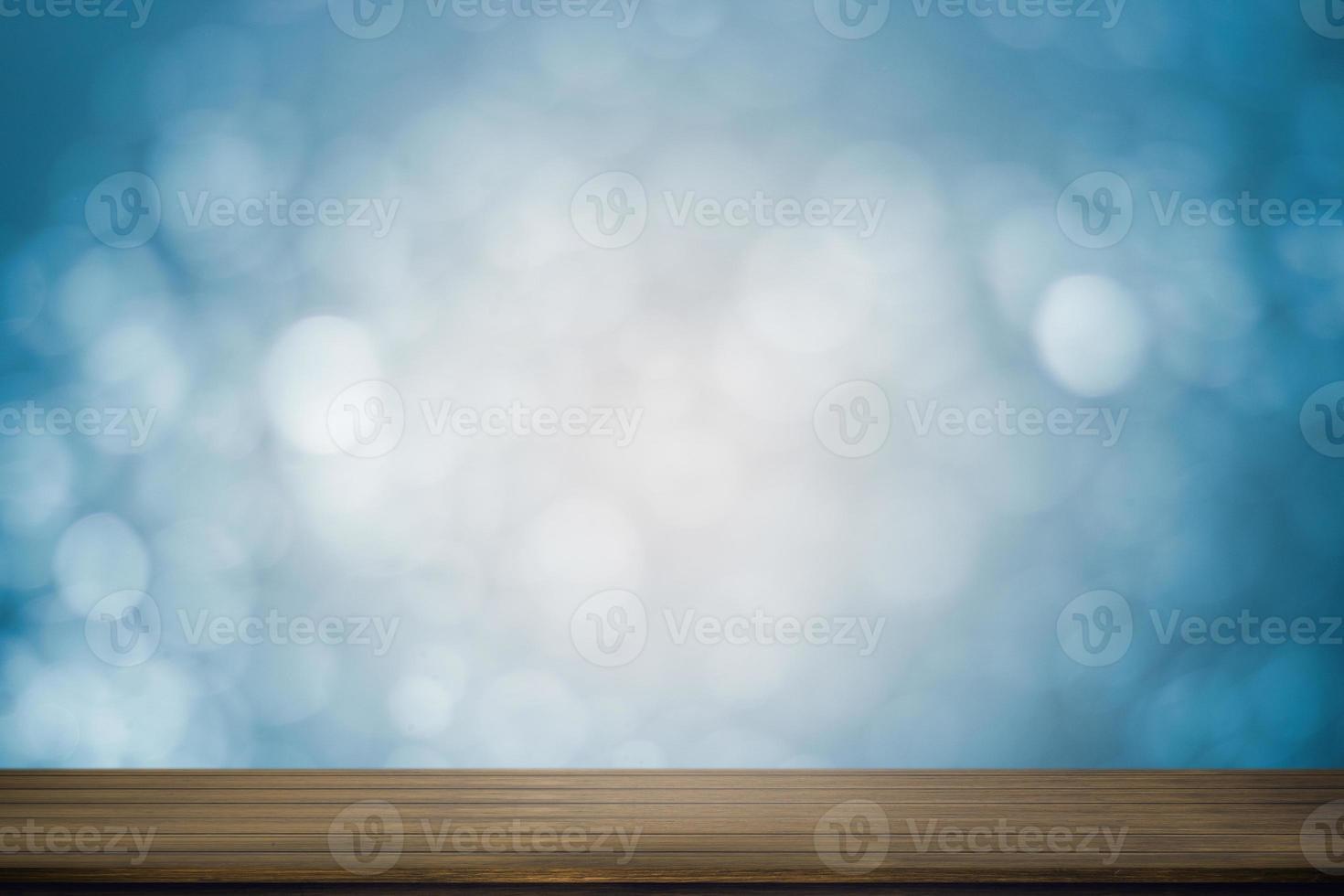 tavolo in legno con morbido sfondo blu bokeh foto
