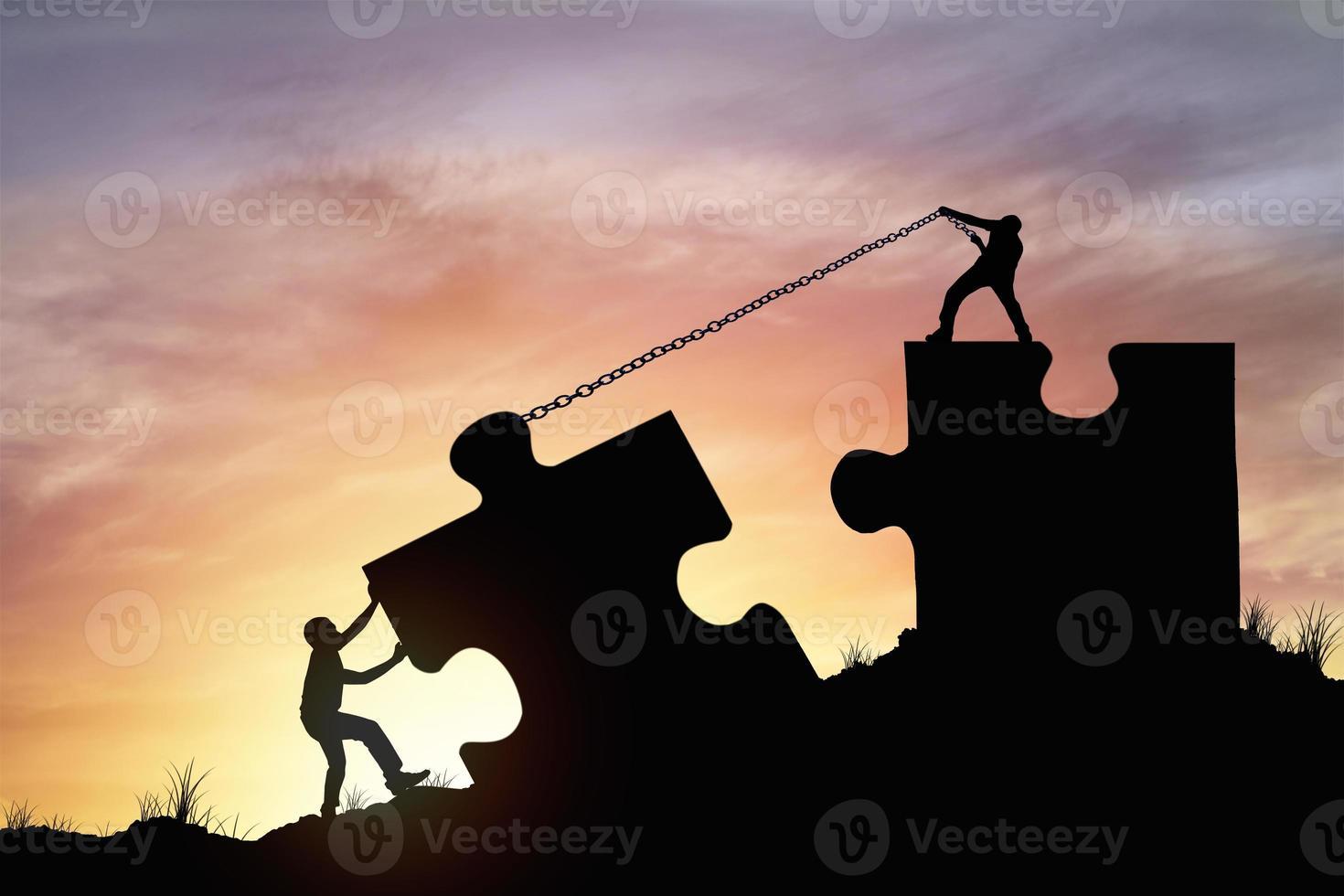 silhouette persone che aiutano a collegare il puzzle foto