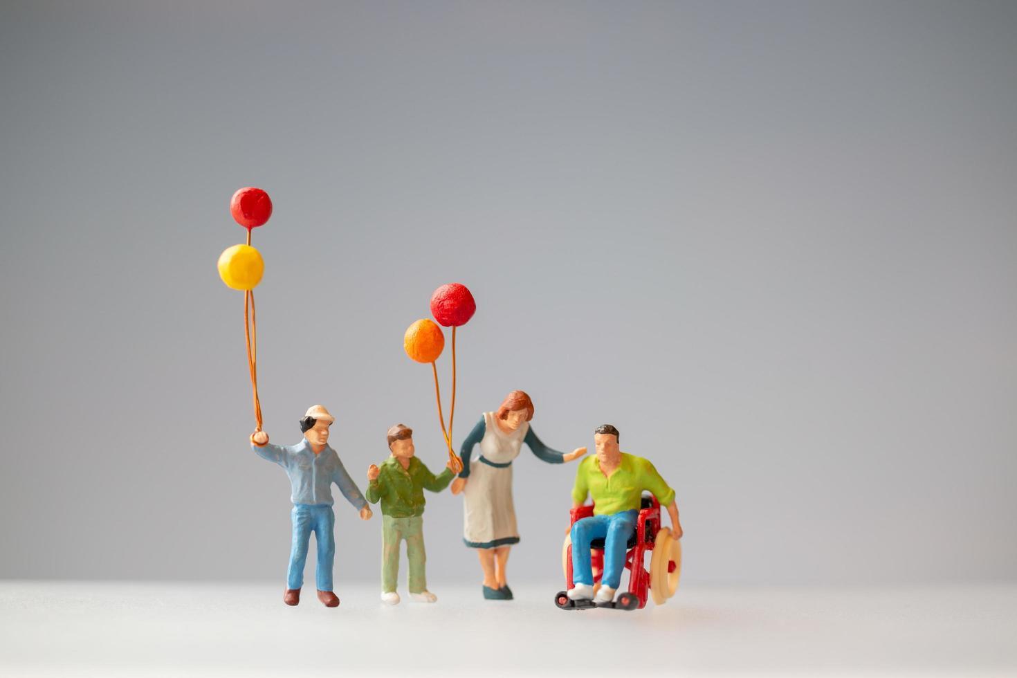 statuine in miniatura di una famiglia con palloncini foto