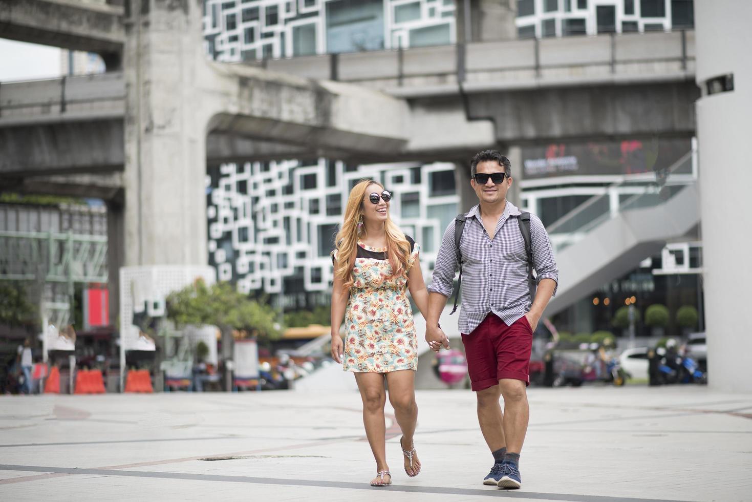 coppia felice innamorato che cammina in strada foto