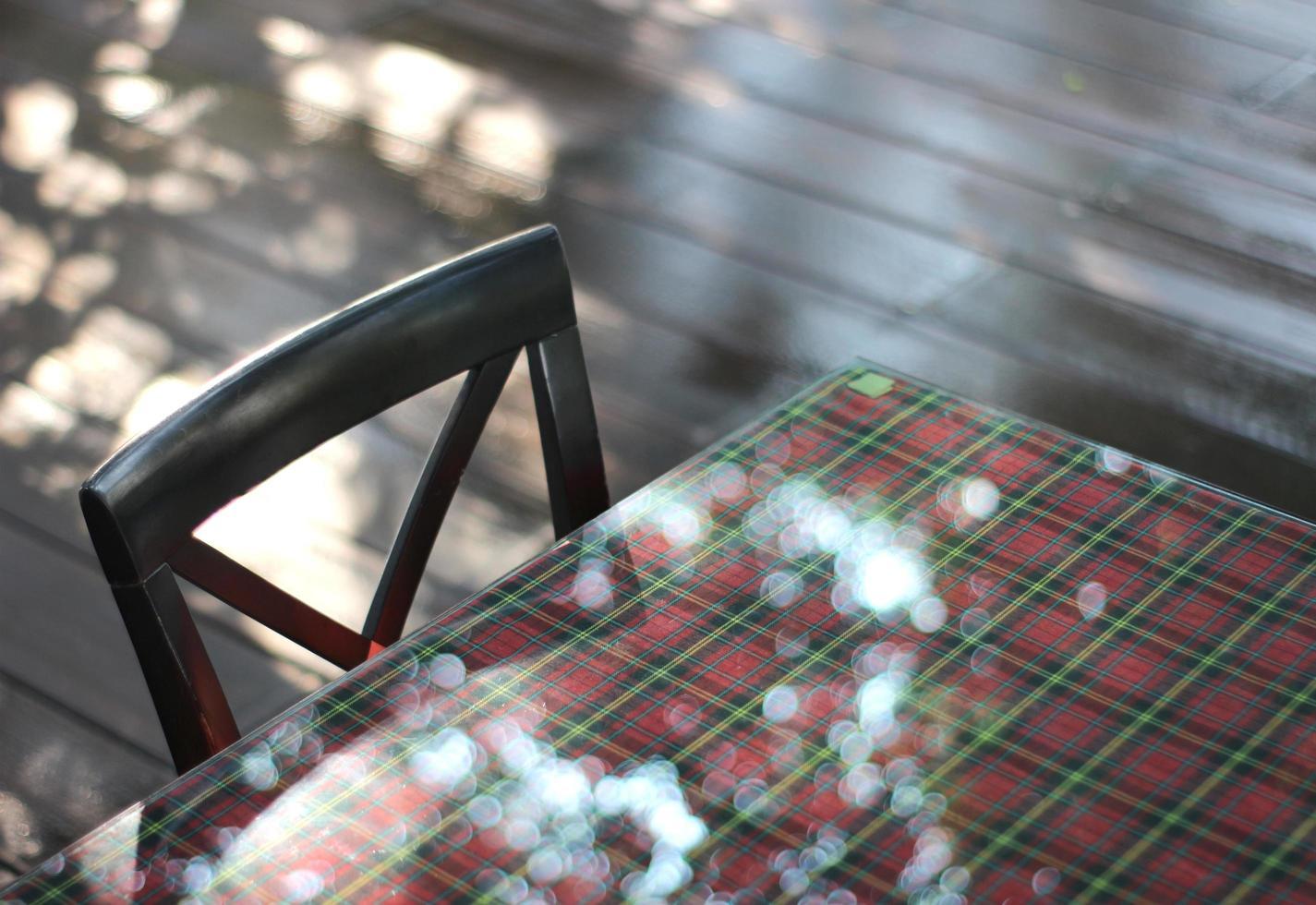 luce solare sul tavolo foto