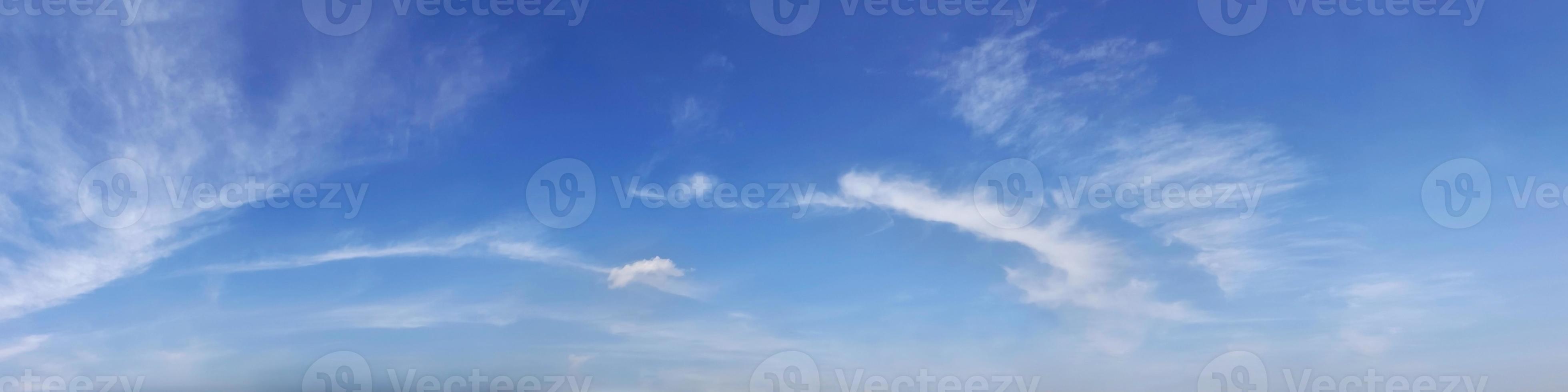 cielo con nuvole in una giornata di sole. foto
