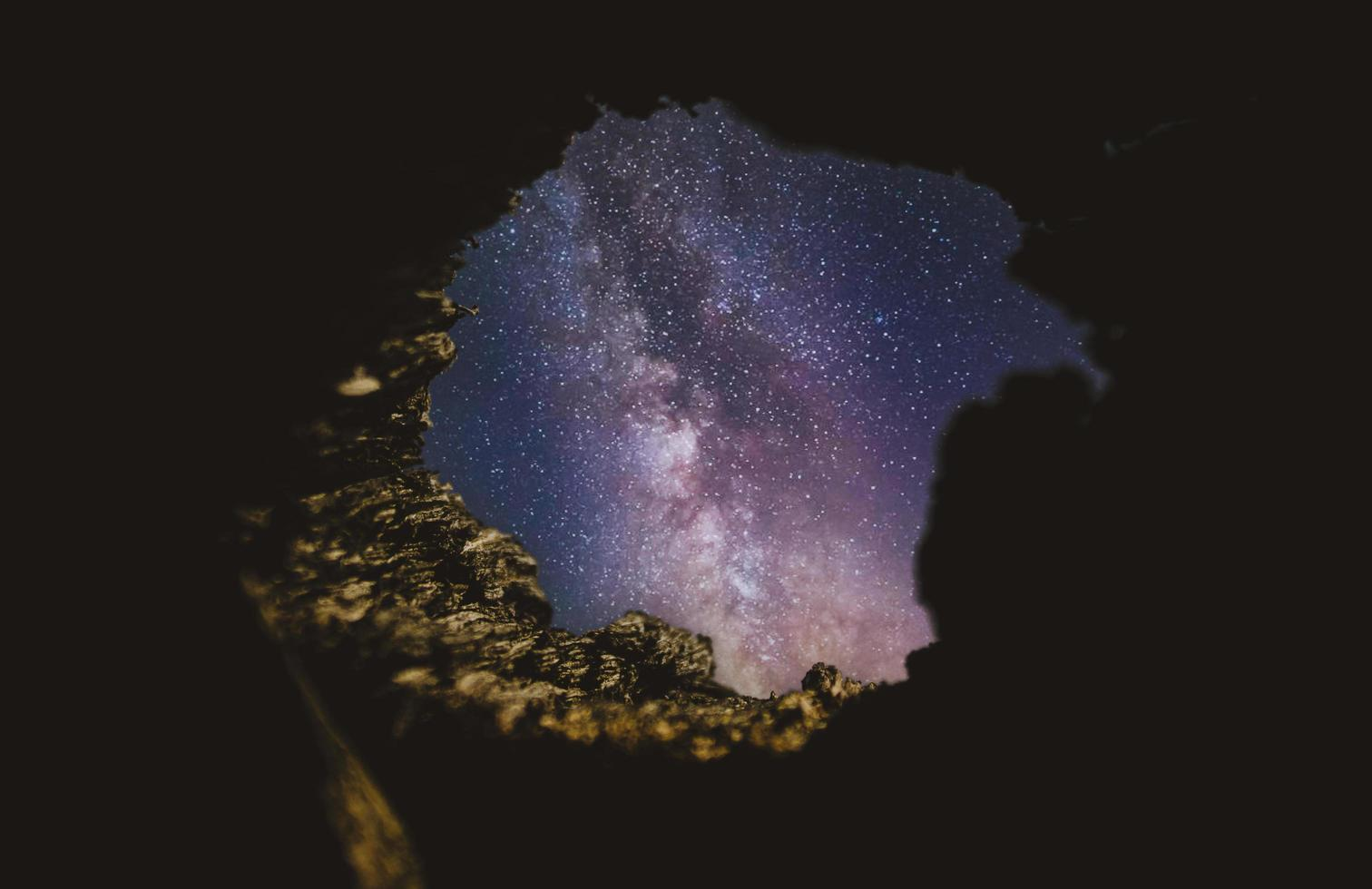 cielo stellato dall'interno di una grotta foto