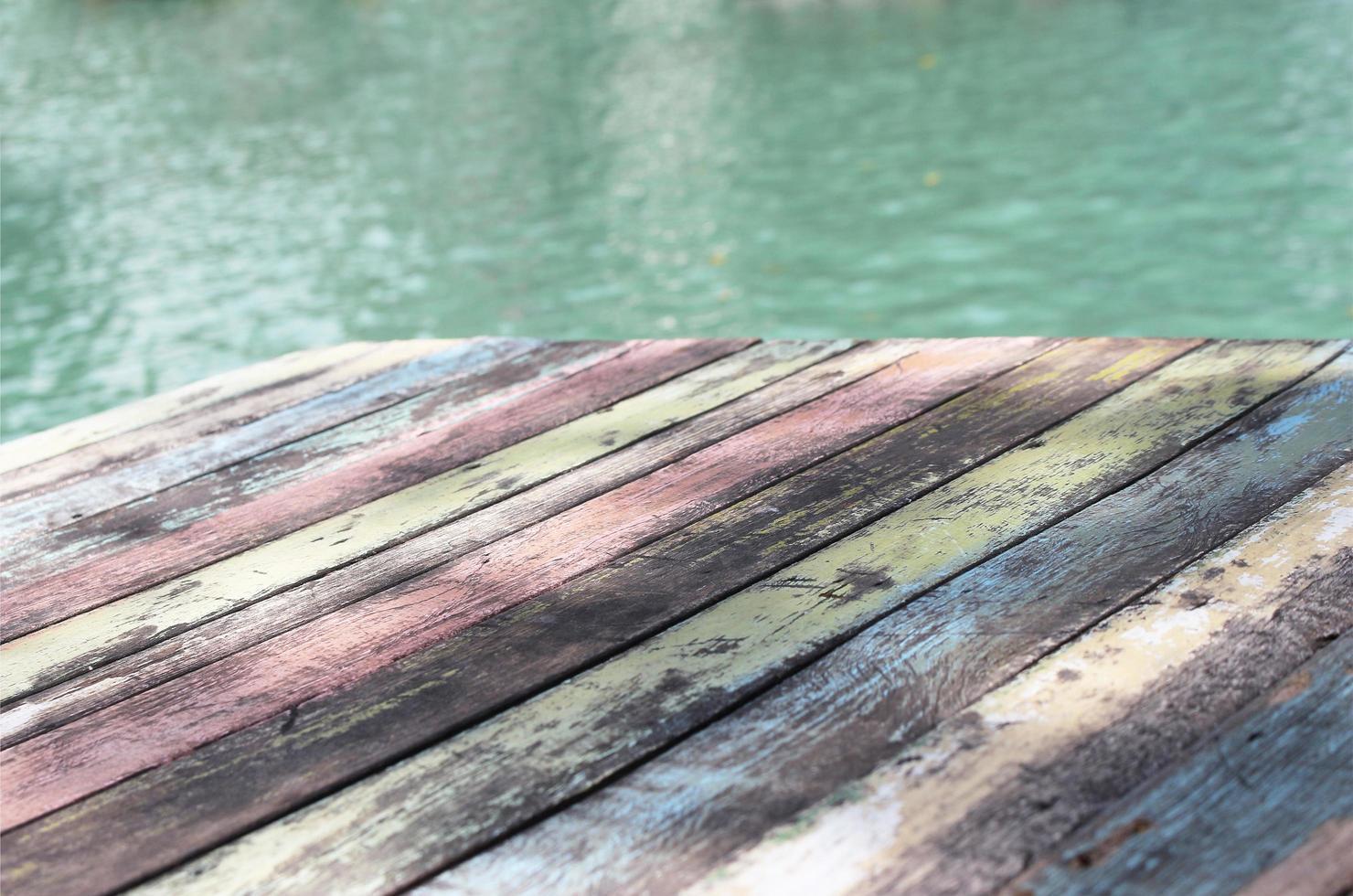 pontile in legno multicolore foto