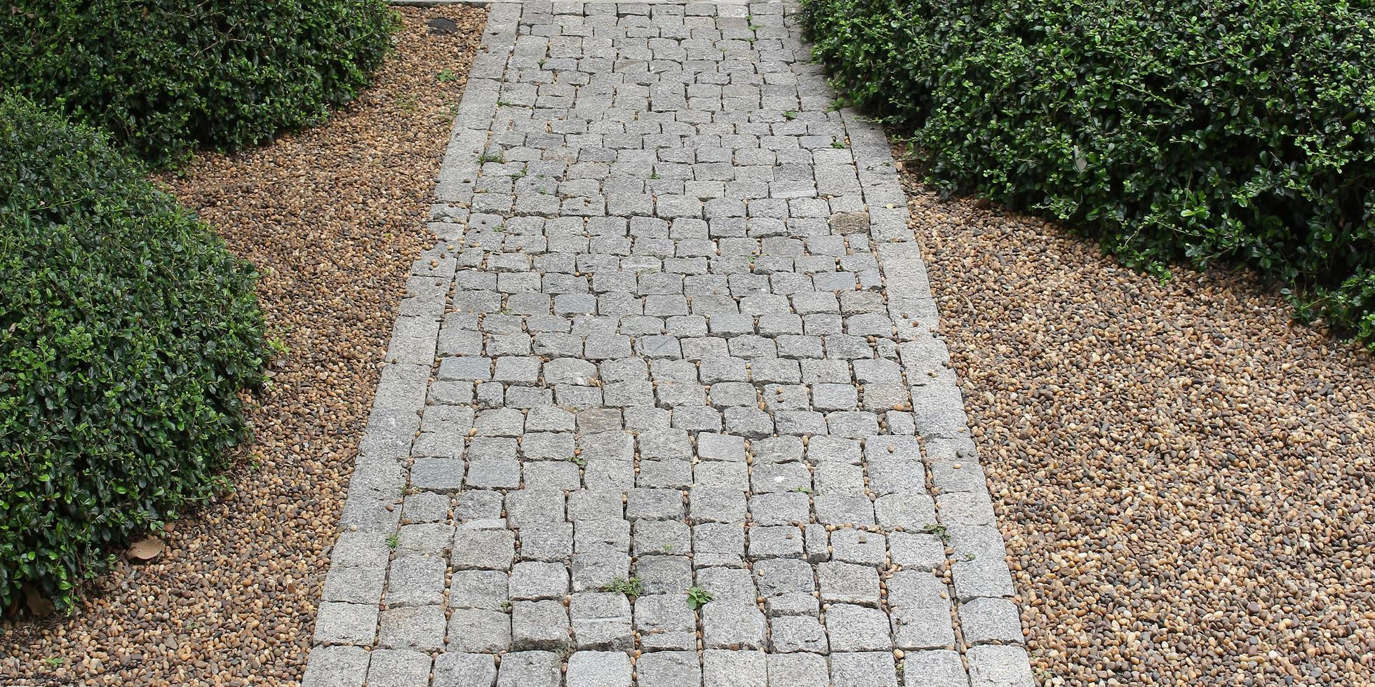 percorso di mattoni in giardino foto