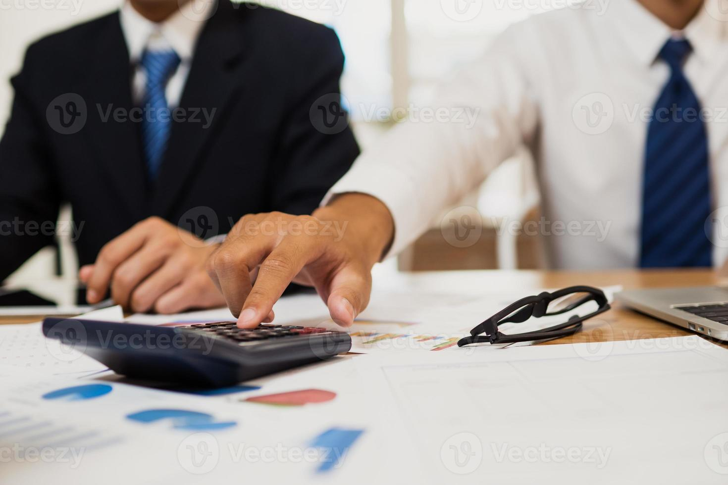 due uomini d'affari in una riunione foto