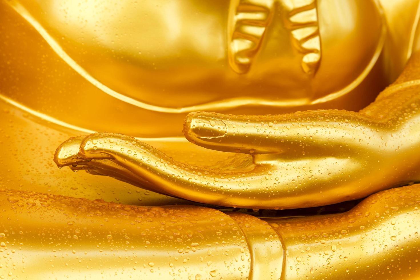 goccia di rugiada sulla mano del buddha foto