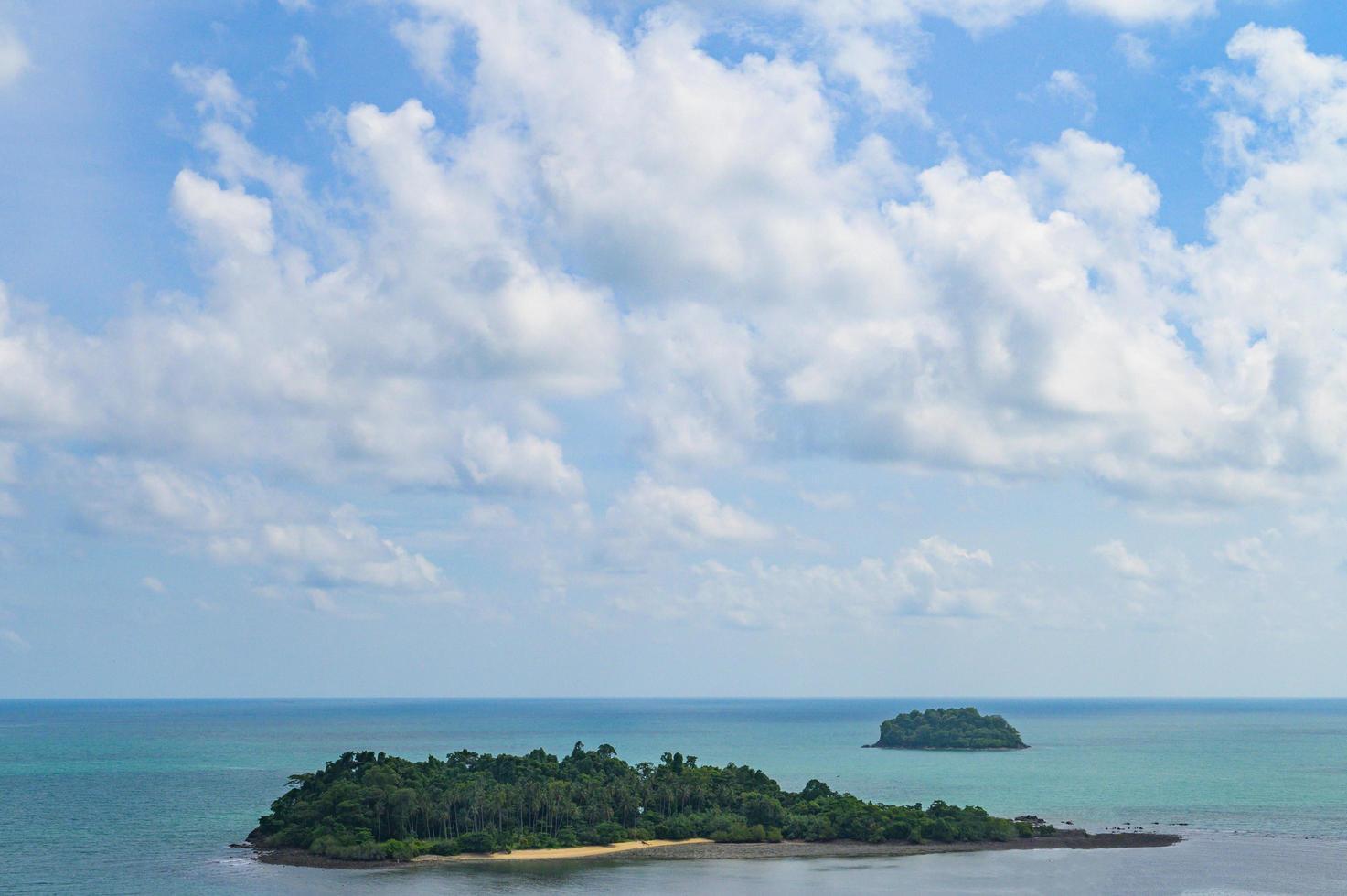 mare tropicale con isole e cielo foto