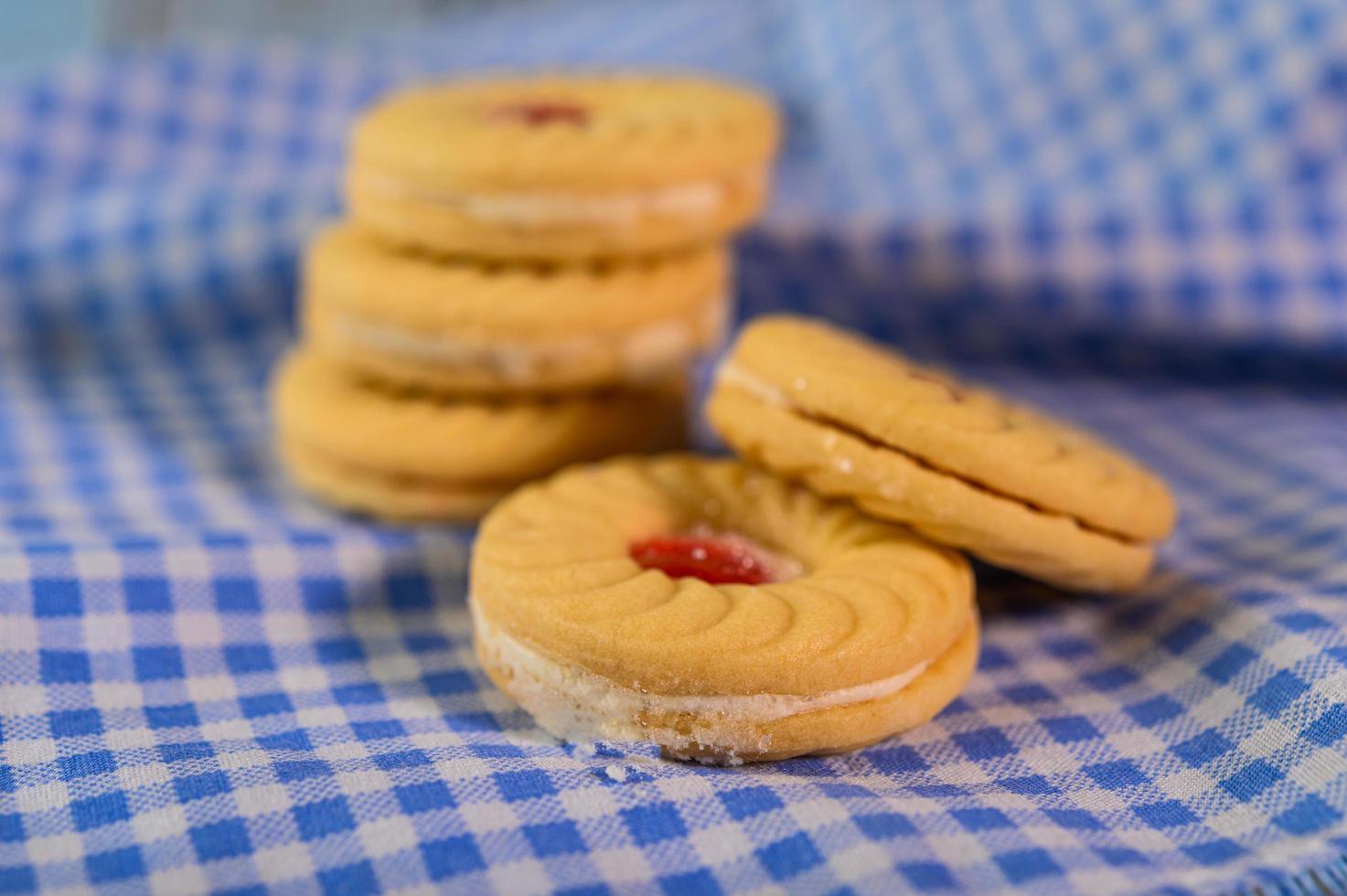 biscotti sandwich con crema di fragole foto