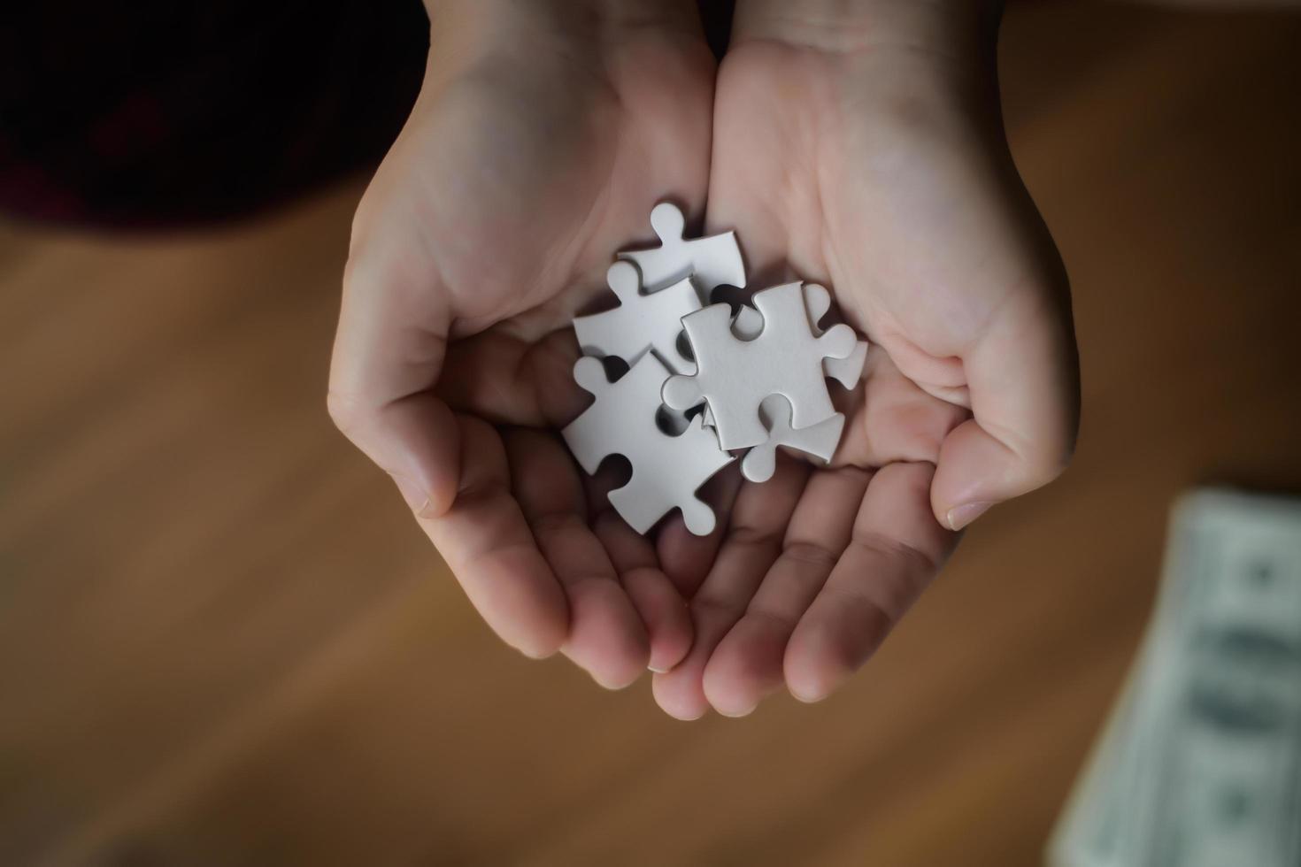 mani che tengono i puzzle foto