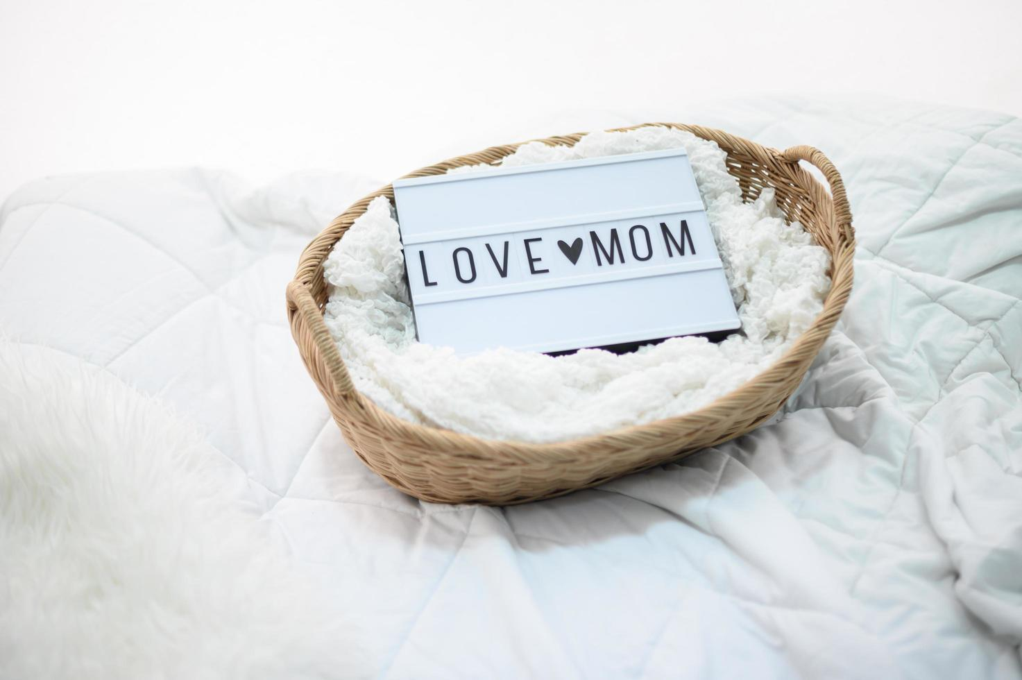cestino di legno con stoffa e segno della mamma dell'amore foto