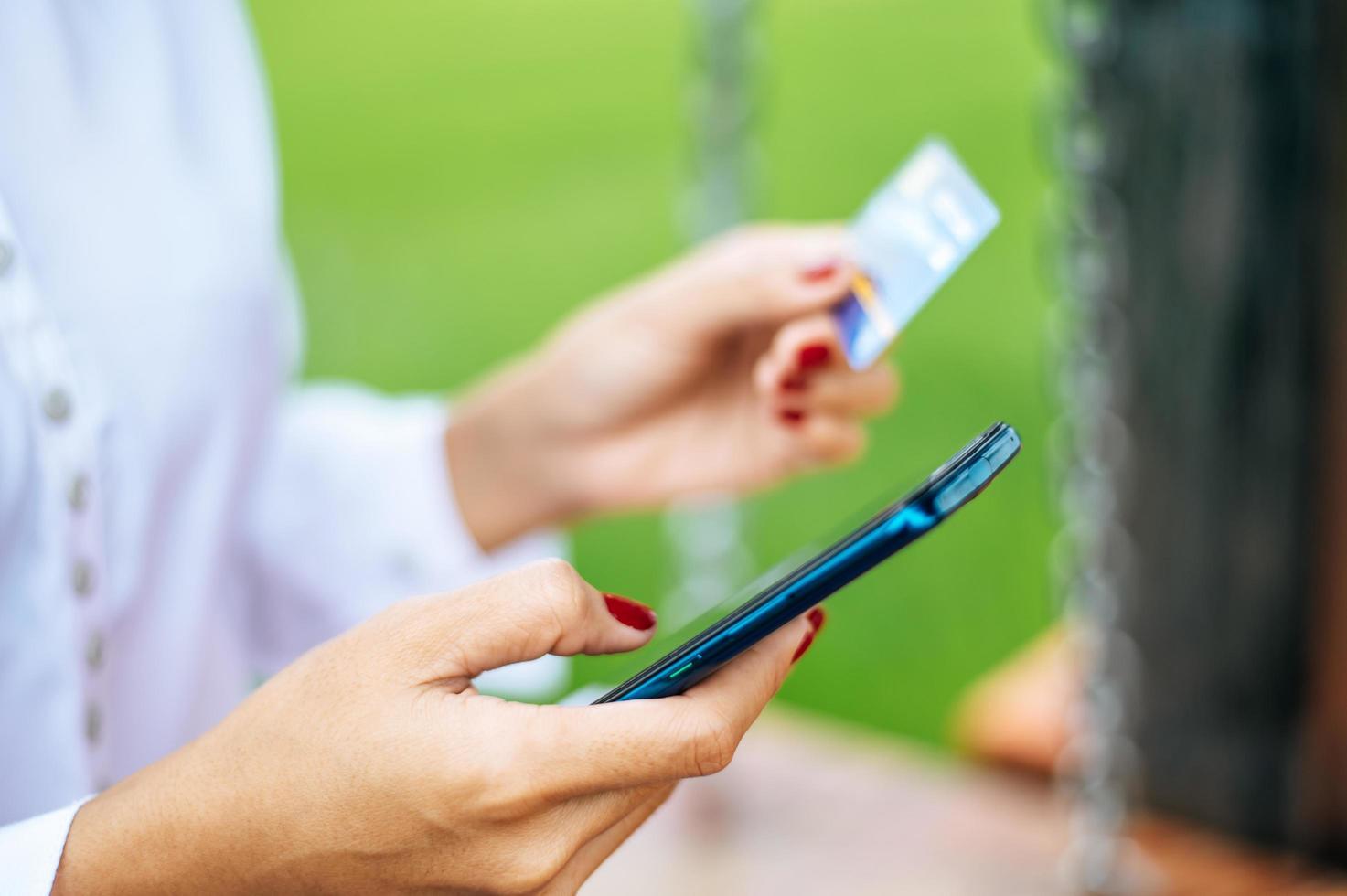 pagamento della merce con carta di credito tramite smartphone foto