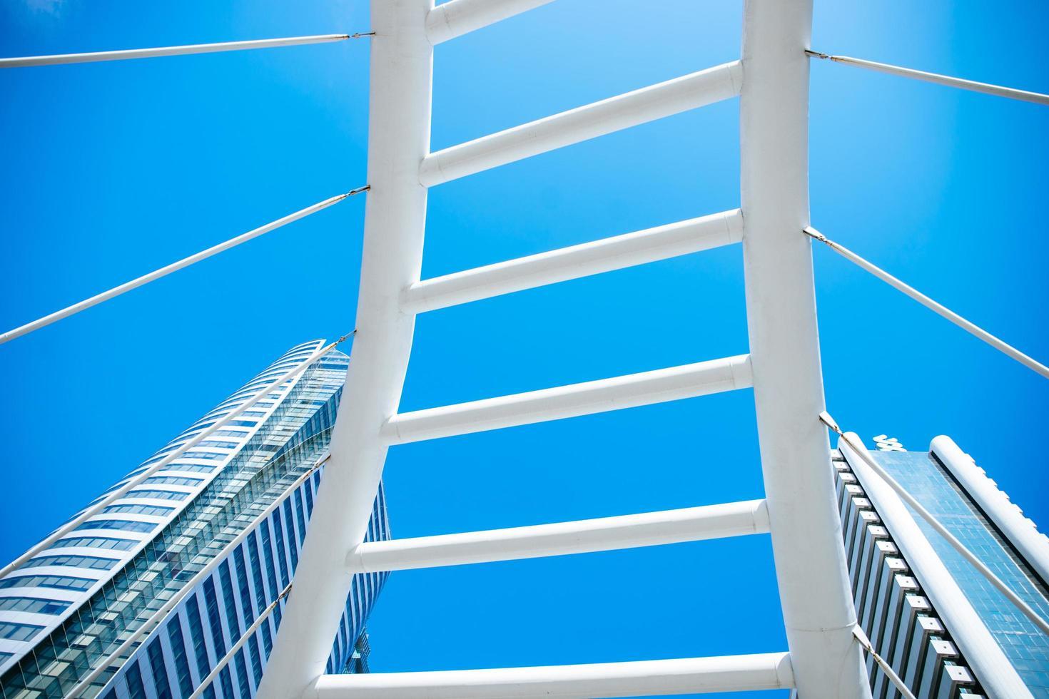 grattacielo contro il cielo blu foto