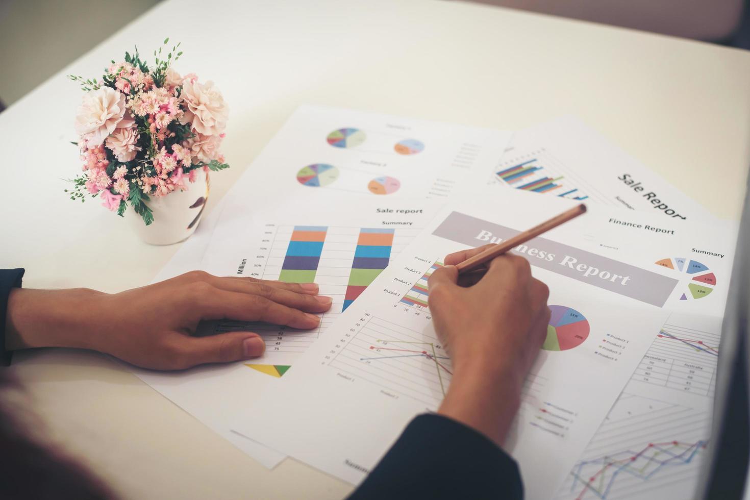 donna di affari che tiene una matita che lavora con il grafico di affari foto