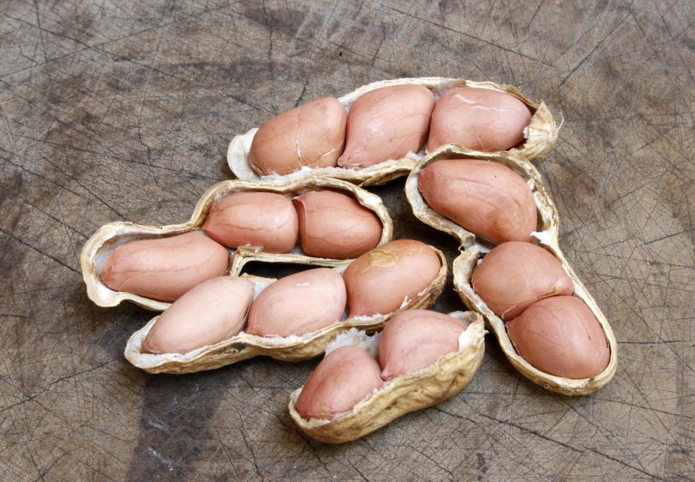 gruppo di arachidi in guscio foto