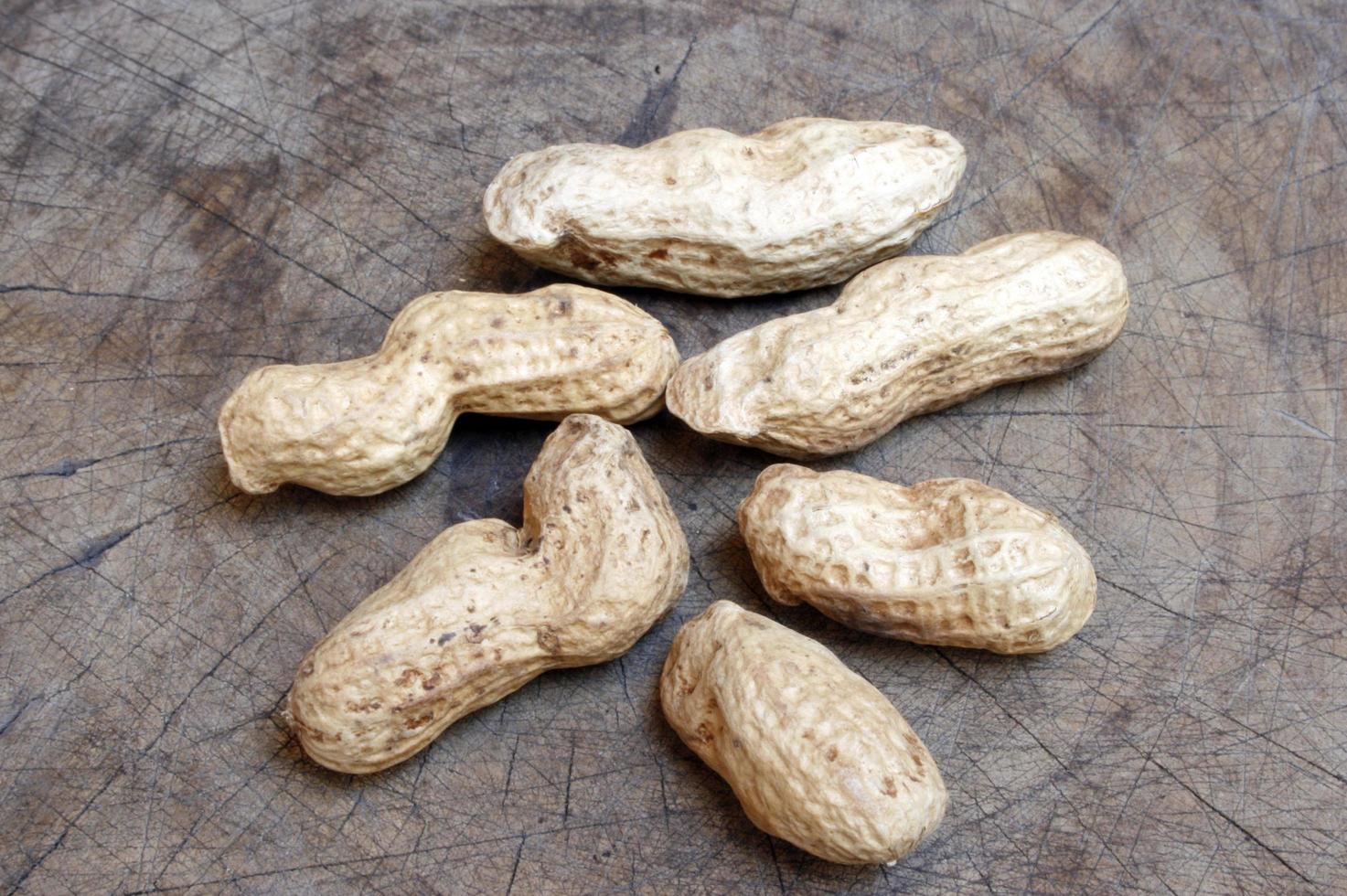 gusci di arachidi su legno foto