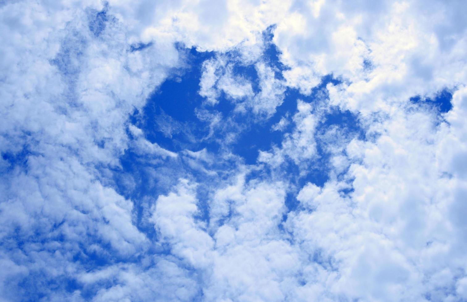 gruppo di nuvole bianche in un cielo blu profondo foto
