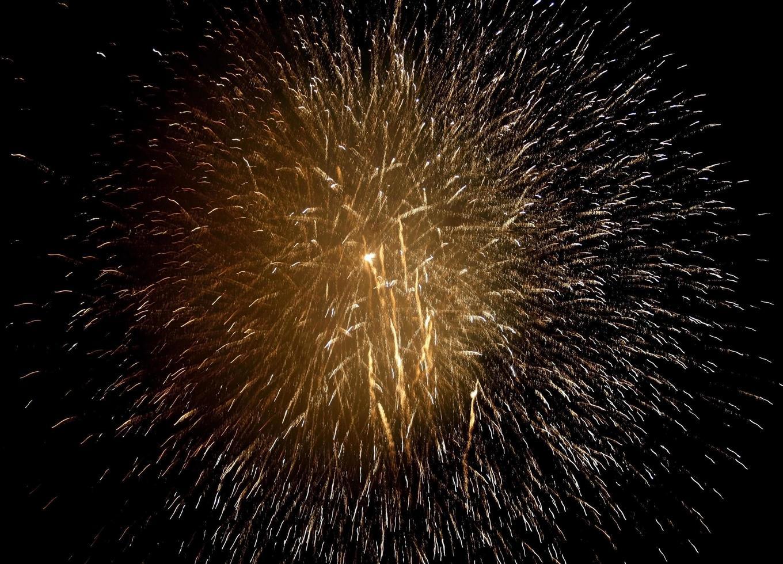 fuochi d'artificio scintillanti d'oro foto