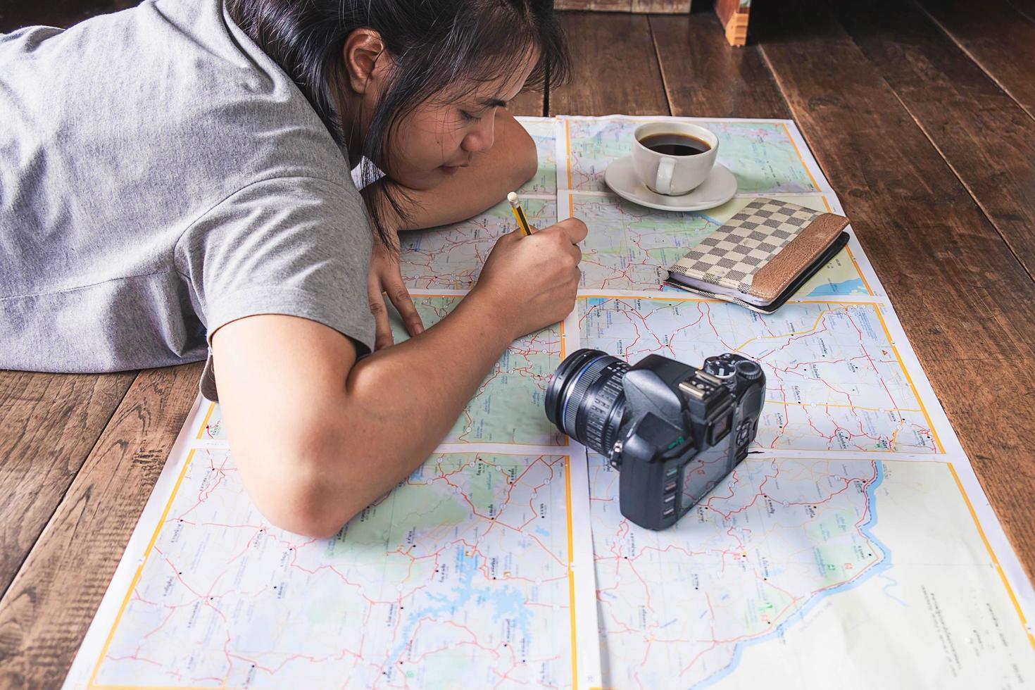 ragazza che fa programmi di viaggio foto
