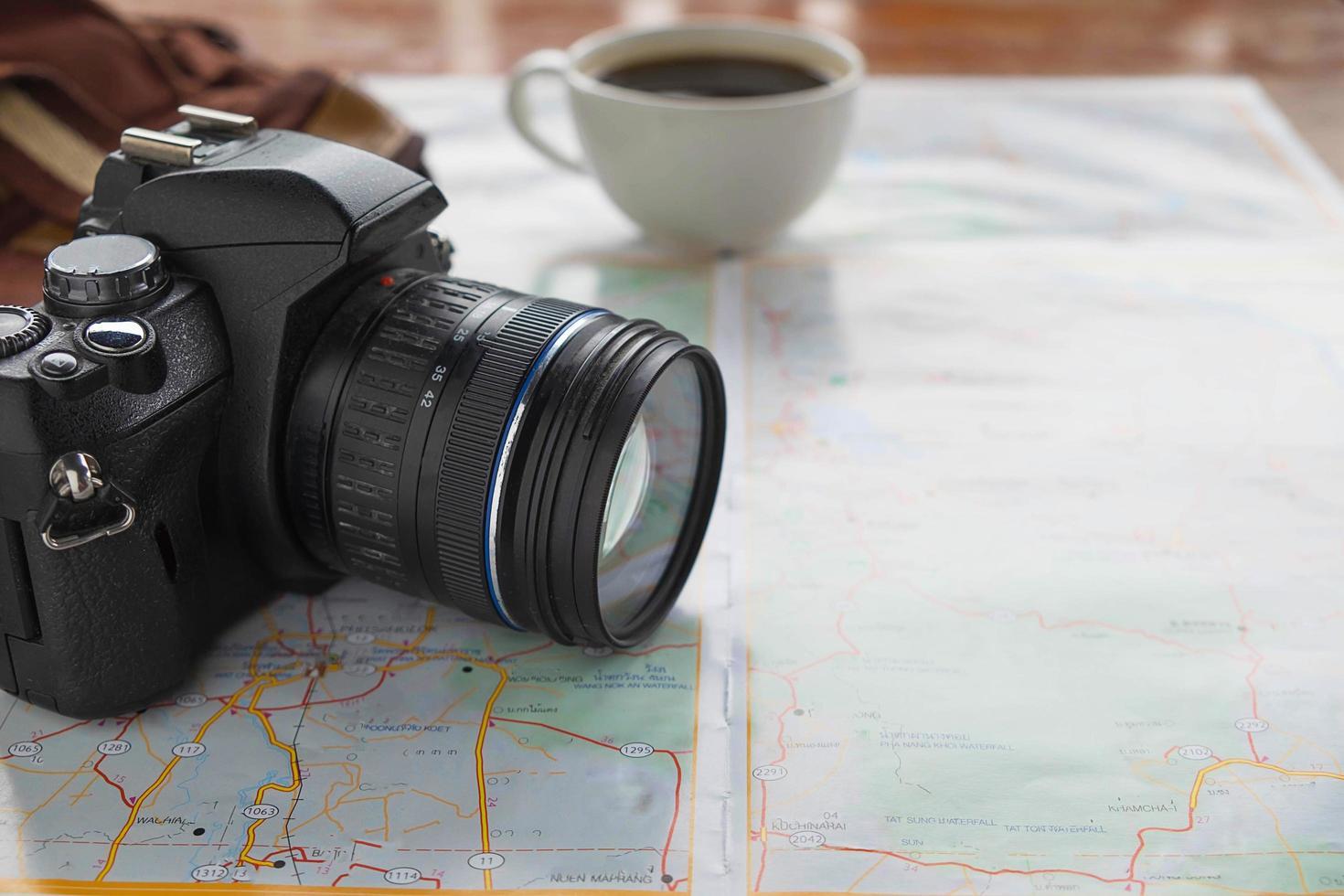 primo piano di una telecamera su una mappa foto