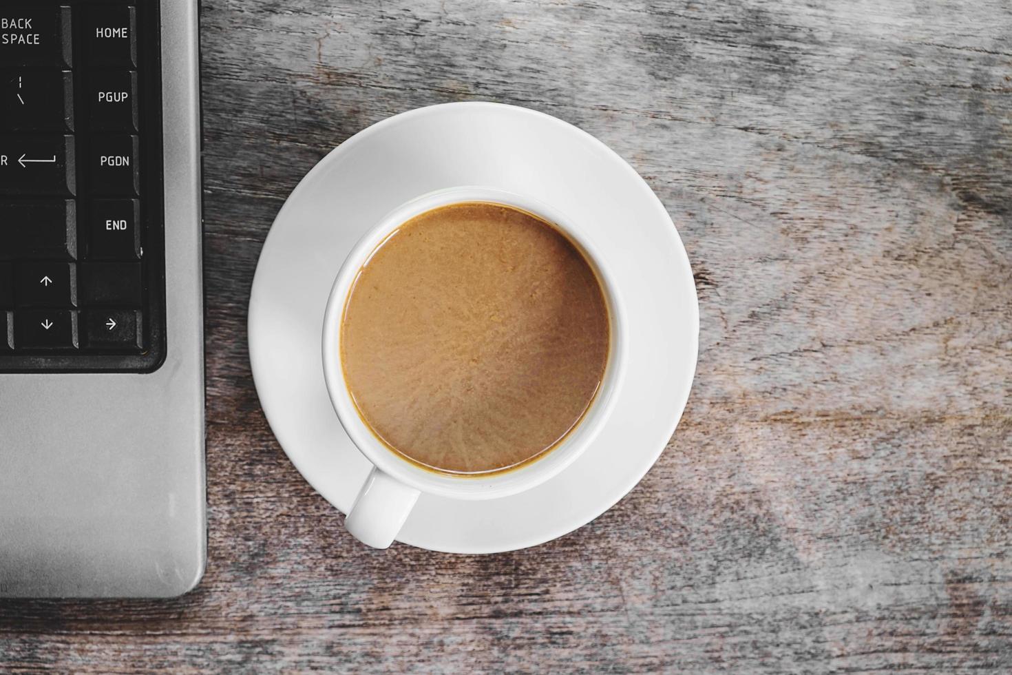 vista dall'alto di caffè e un laptop foto