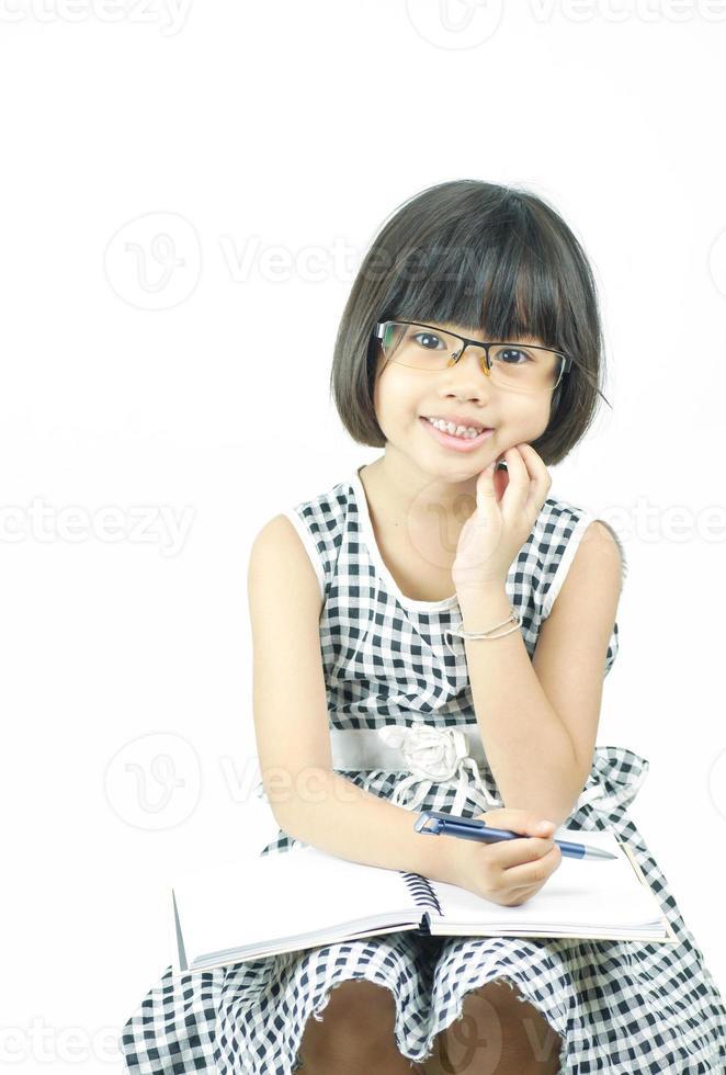 ragazza asiatica seduta e con gli occhiali foto