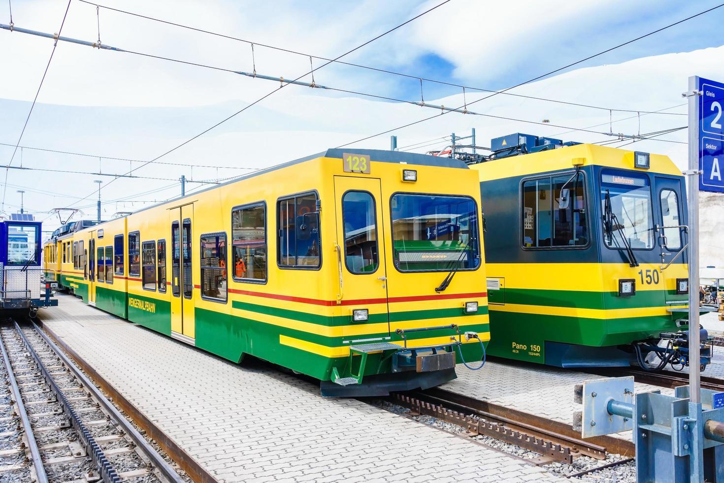 treno della Wengernalpbahn a Wengen, Svizzera foto