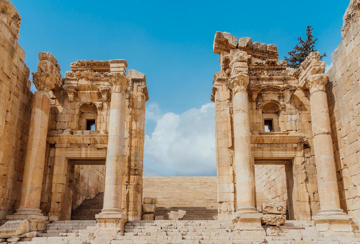 la spianata del tempio a jerash, giordania foto