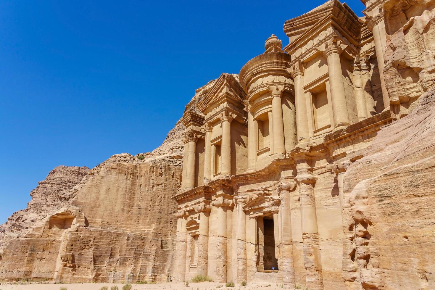 la facciata di ad deir a petra, giordania foto