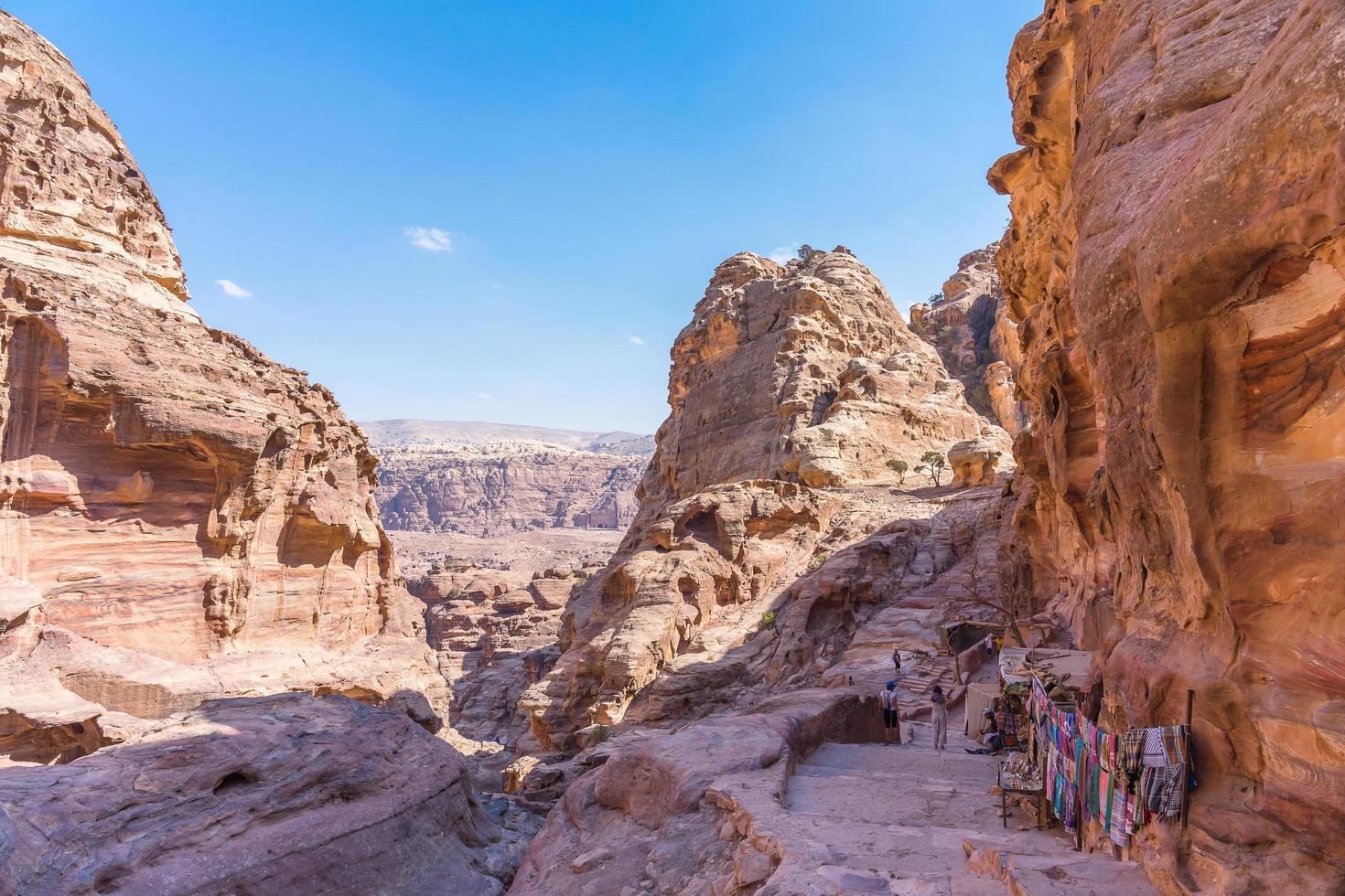 I turisti a piedi da Petra al monastero in Giordania, 2018 foto