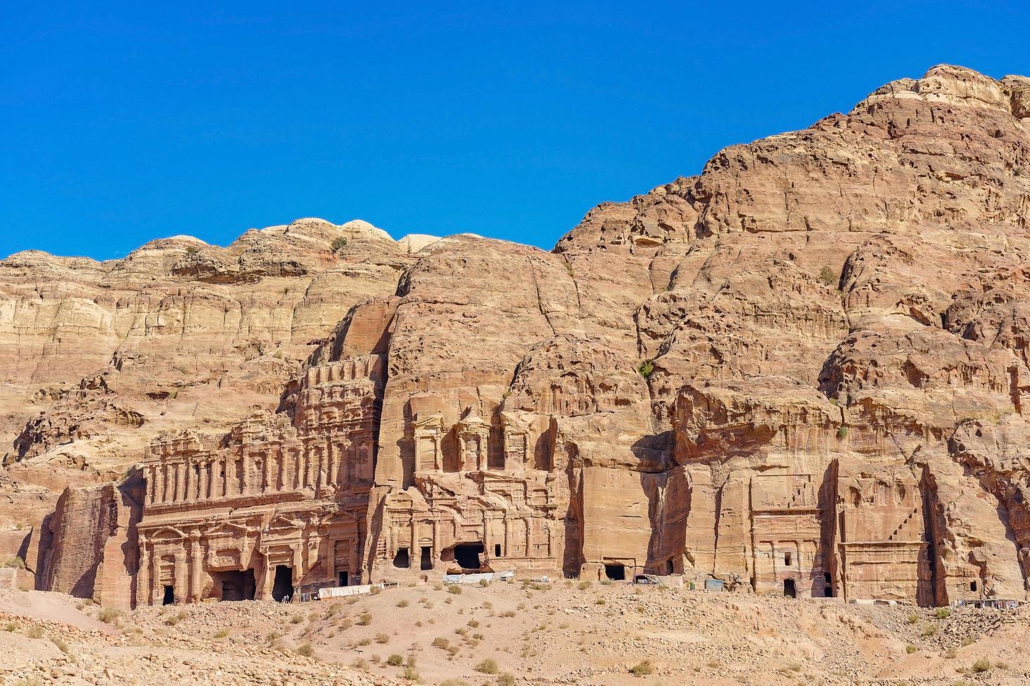 una vista dalle tombe reali di petra, in giordania. foto