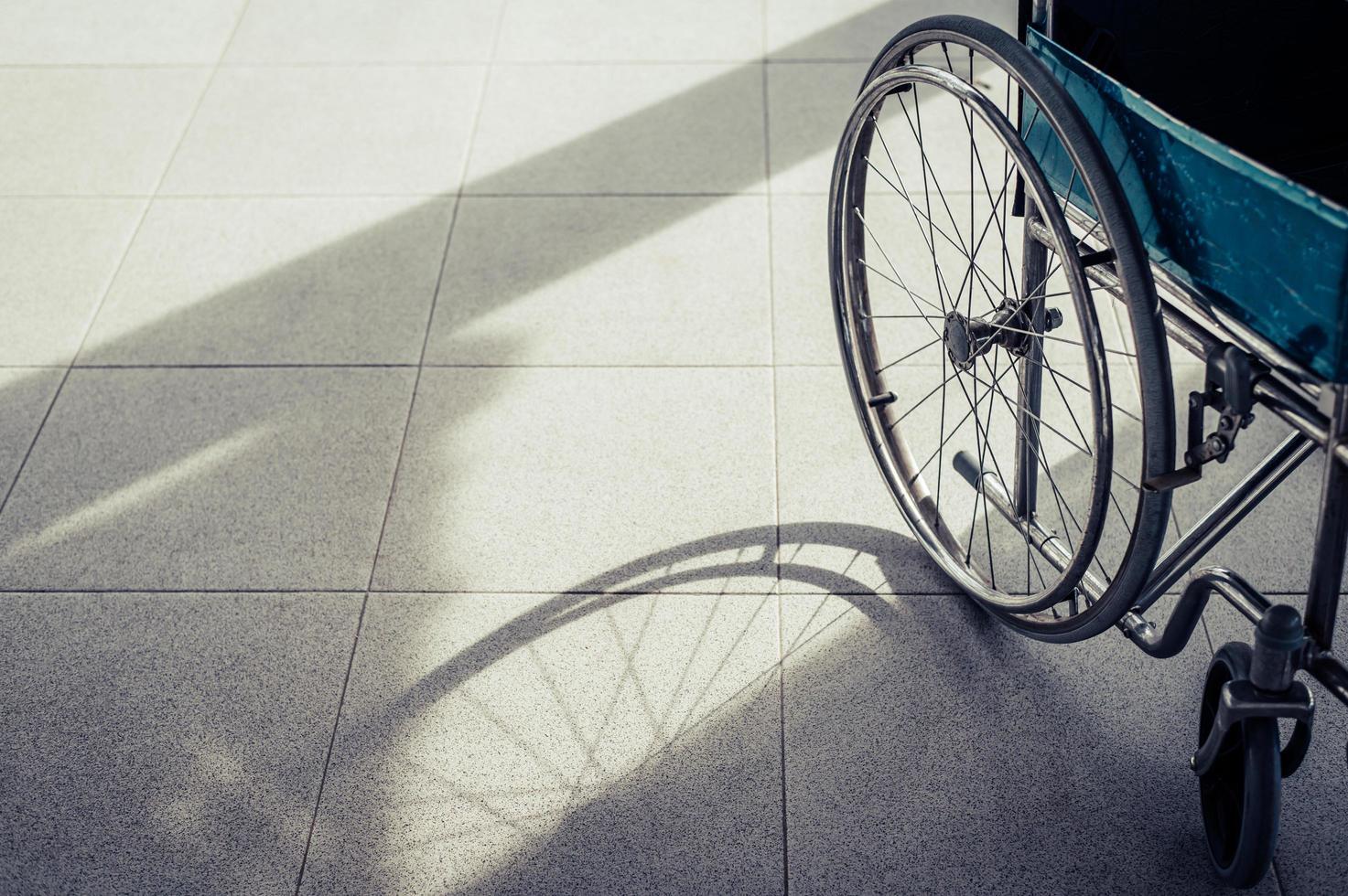 sedia a rotelle paziente parcheggiata di fronte all'ospedale foto