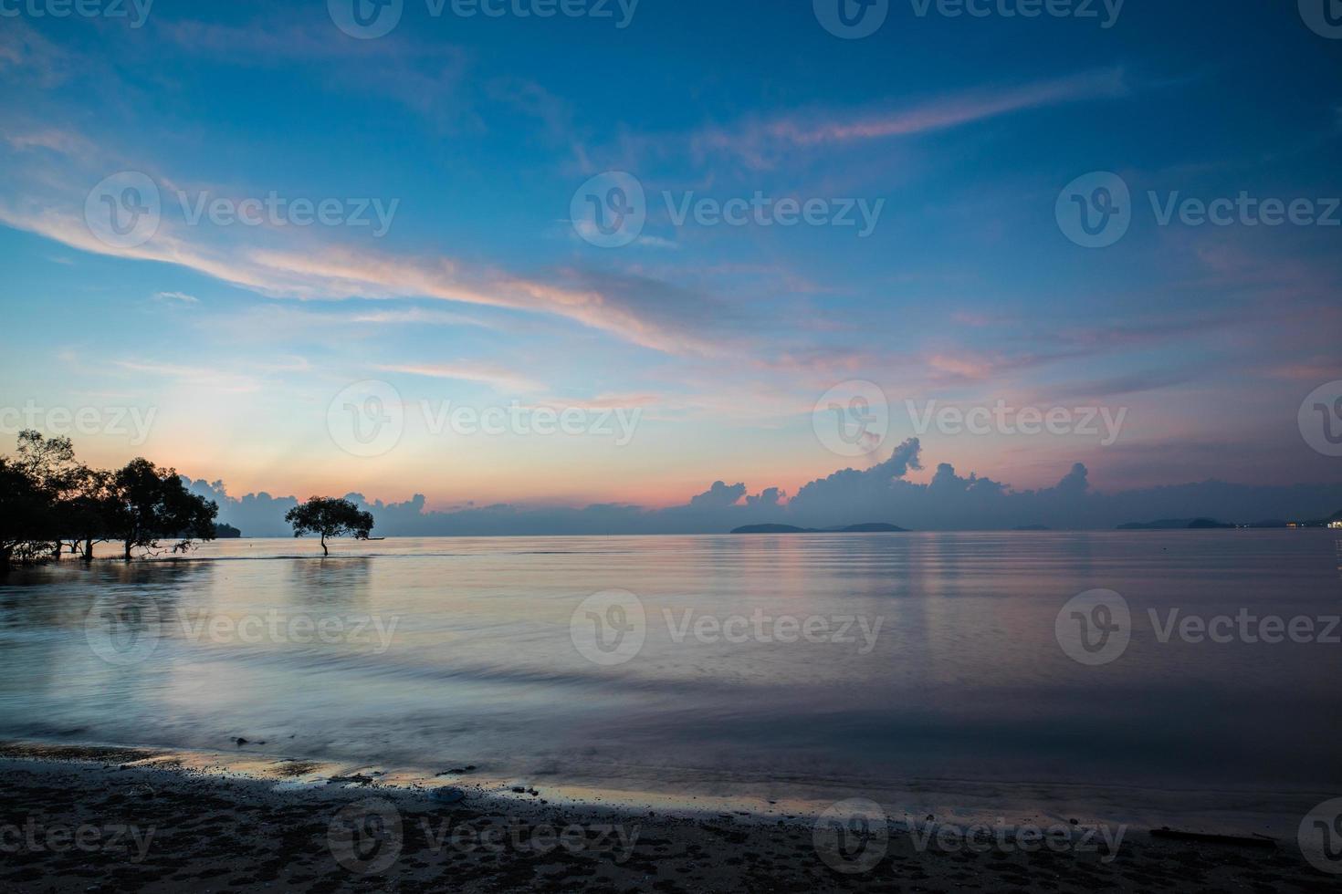 bellissima alba sull'oceano foto